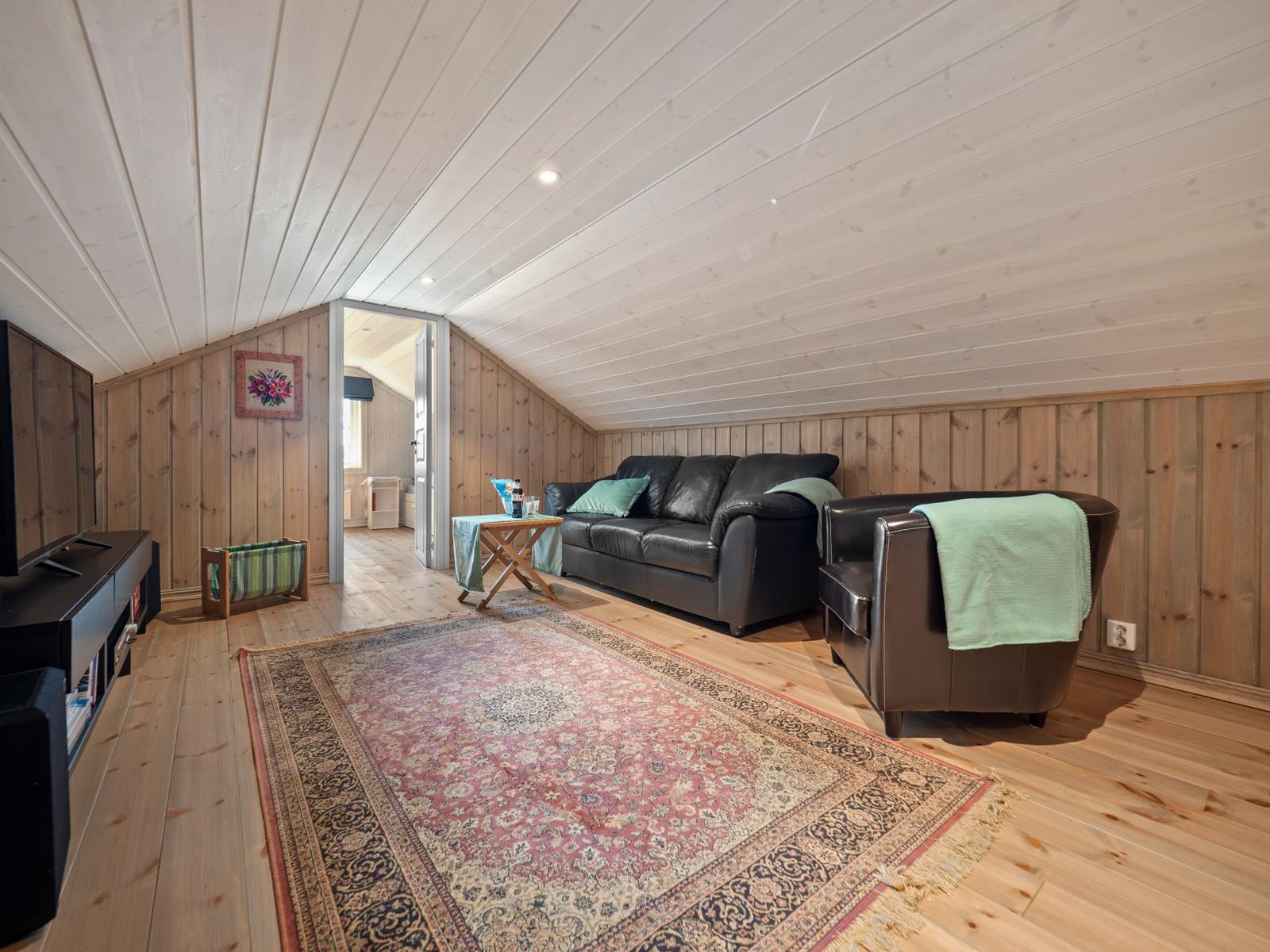 Loftetasjen har ikke målbart areal, og er ikke tatt inn i opplyst areal. Gulvarealet i loftetasjen er oppmålt til ca. 42 kvm.