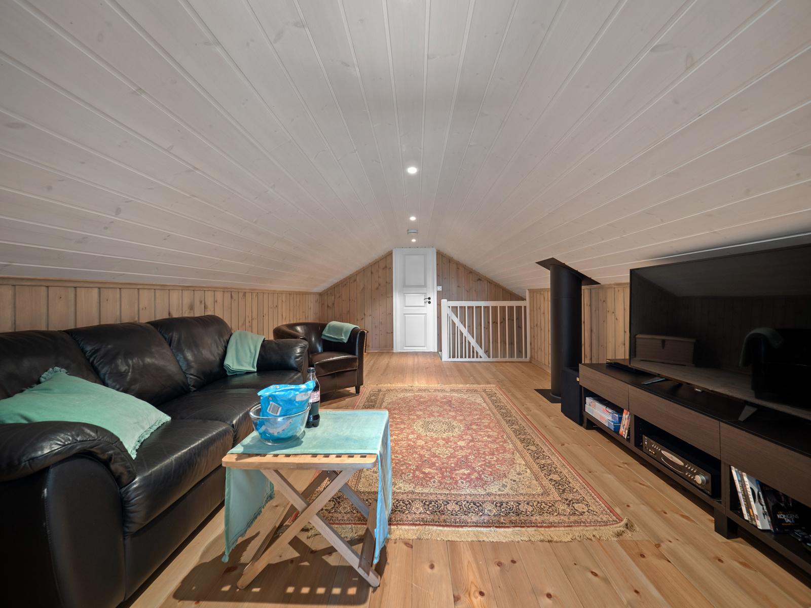 TV-stue i midtdel av loftsetasjen, perfekt som ungdomsdel