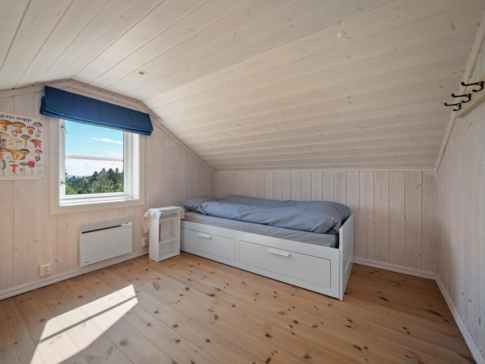 Innredet rom II i loftetasjen som benyttes som soverom