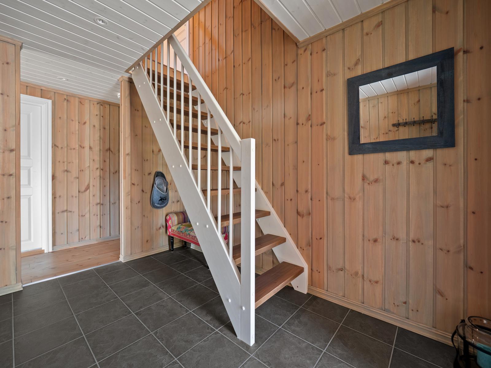 Fra gangen er det oppgang til loftetasjen