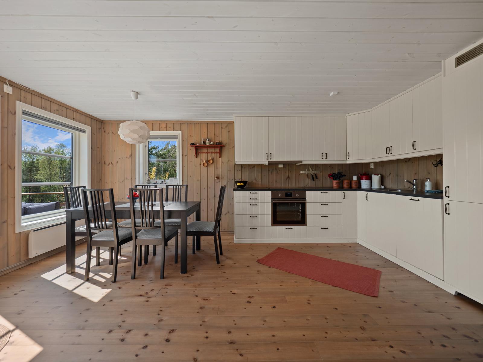I tilknytning til kjøkkenet er det en naturlig plass for stort spisebord