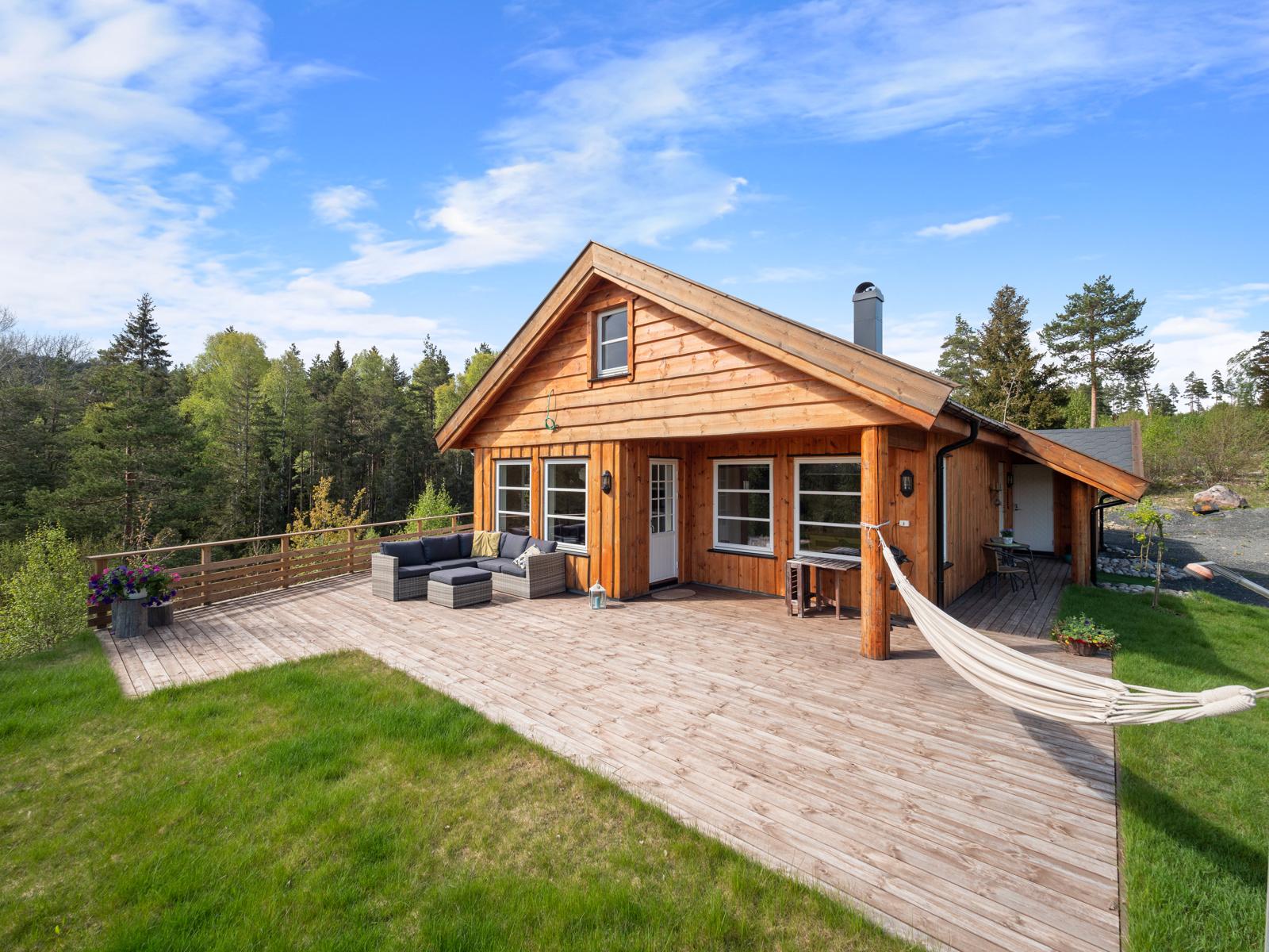 Stor terrasse på ca. 77 kvm. mot syd og vest med gode solforhold - Perfekt for late dager