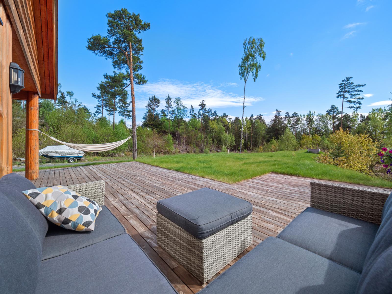 Terrassen har plass til flere sittegrupper og solsenger - Her kan du nyte dagen med familie og venner, eller alene med en god bok