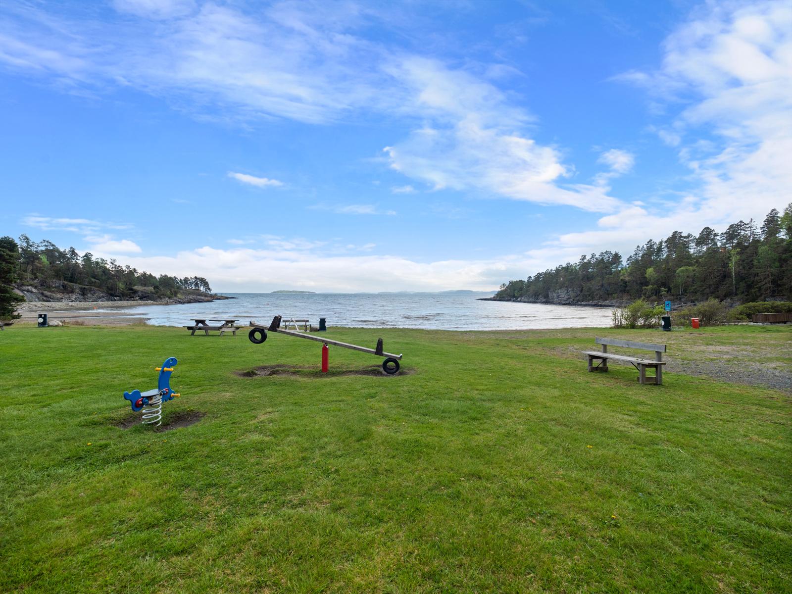 På Knatvoldstranda er det strand og stor gresslette med lekeapparater
