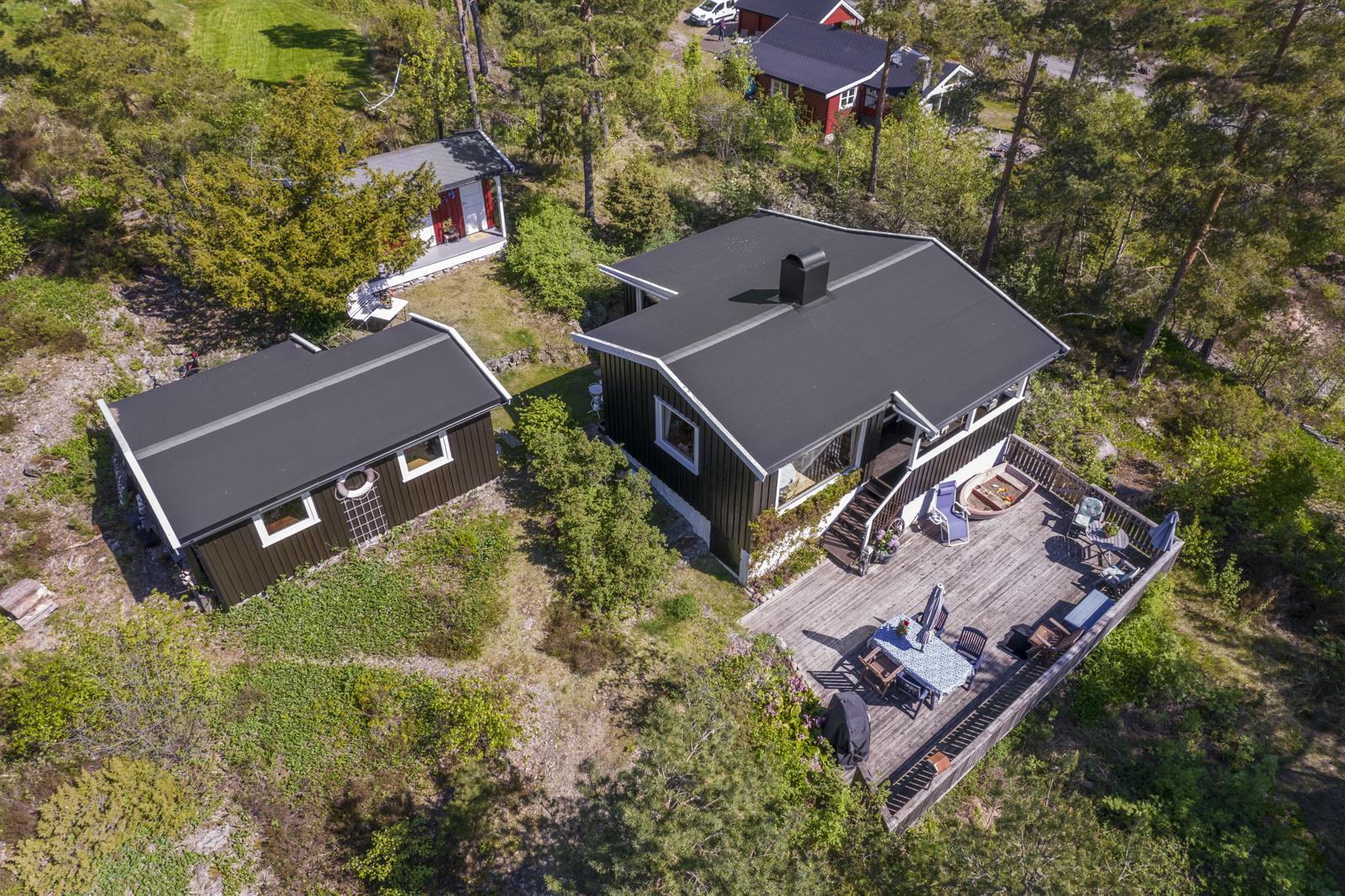 I tillegg til hytten er det et uthus og anneks på eiendommen