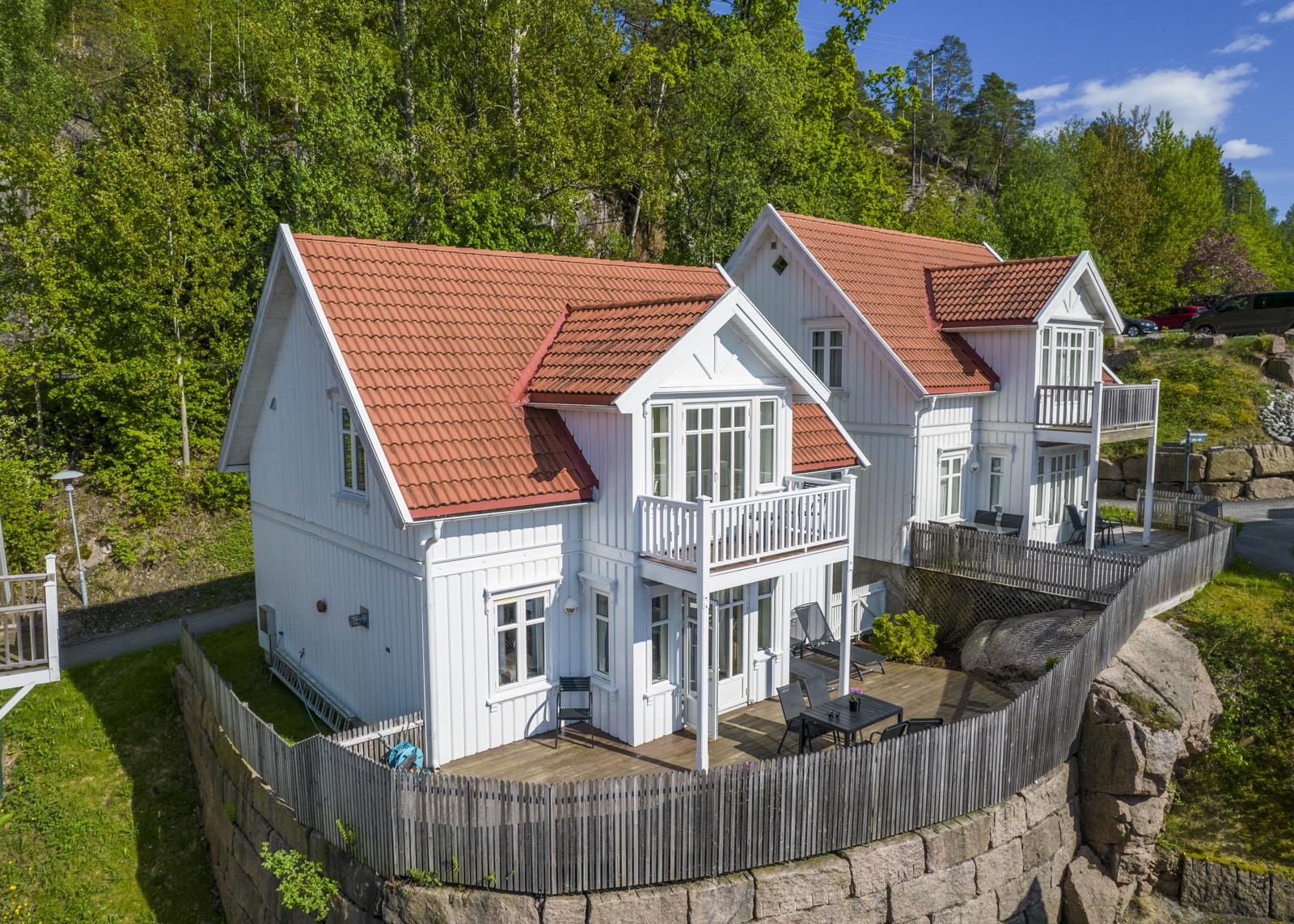 Hytta ligger med god intern beliggnhet, har stor terrasse og grenser mot pent opparbeidet fellesareal