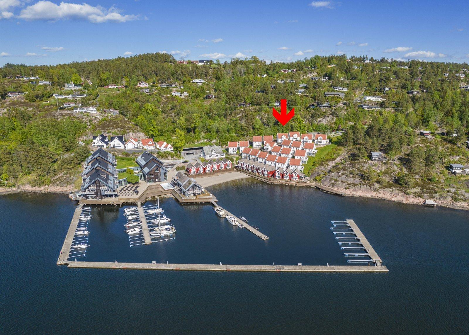Hytta er beliggende på området som tidligere var tilknyttet Holmsbu Spa og Resort