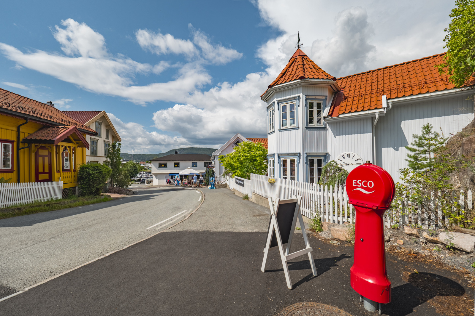 Holmsbu sentrum ligger en kort gåtur fra hytta og byr på flere restauranter, dagligvarebutikk og sommerbutikker