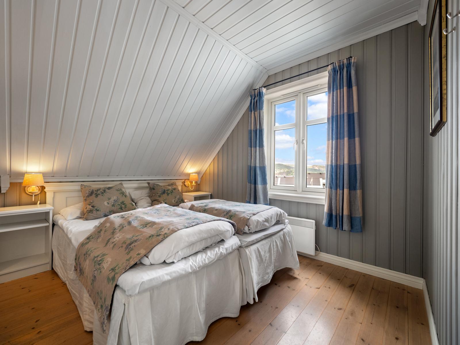 Soverom I med dobbeltseng og god plass til oppbevaring