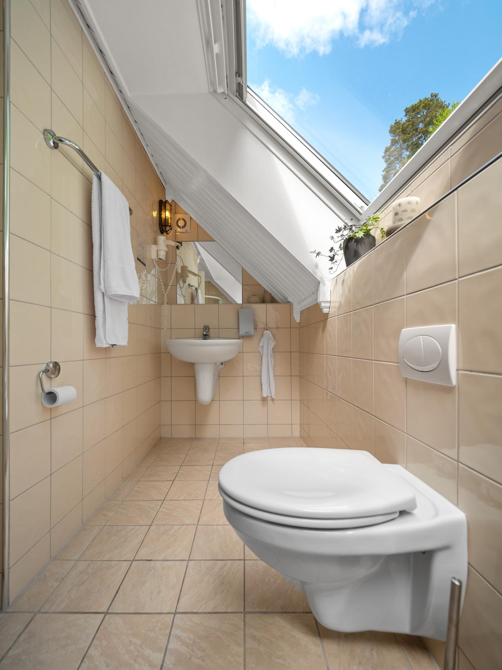 Bad i 2. etasje har skråtak, takvindu og gode lysforhold