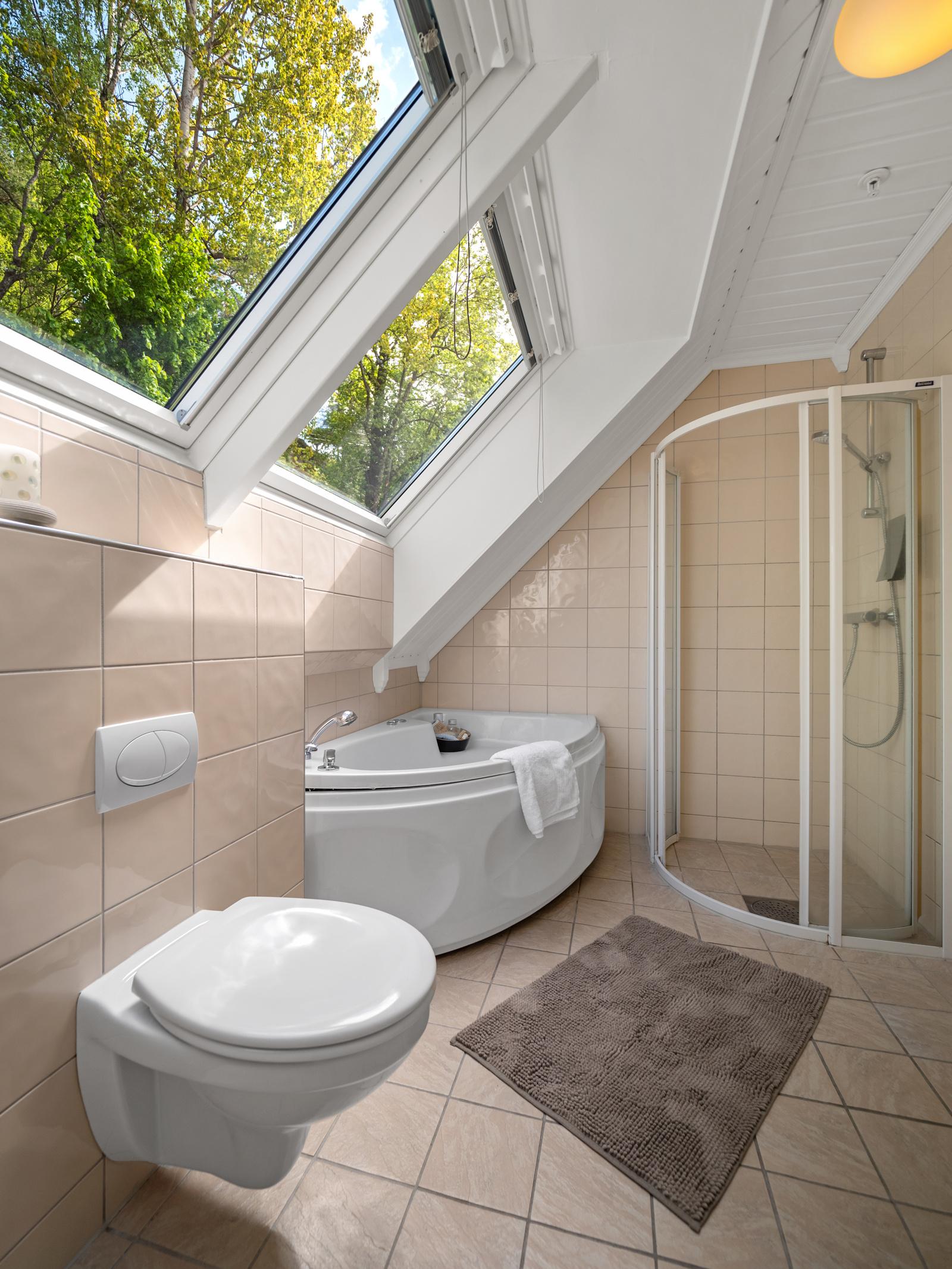 Bad i 2. etasje med vegghengt wc, servant, badekar og dusj
