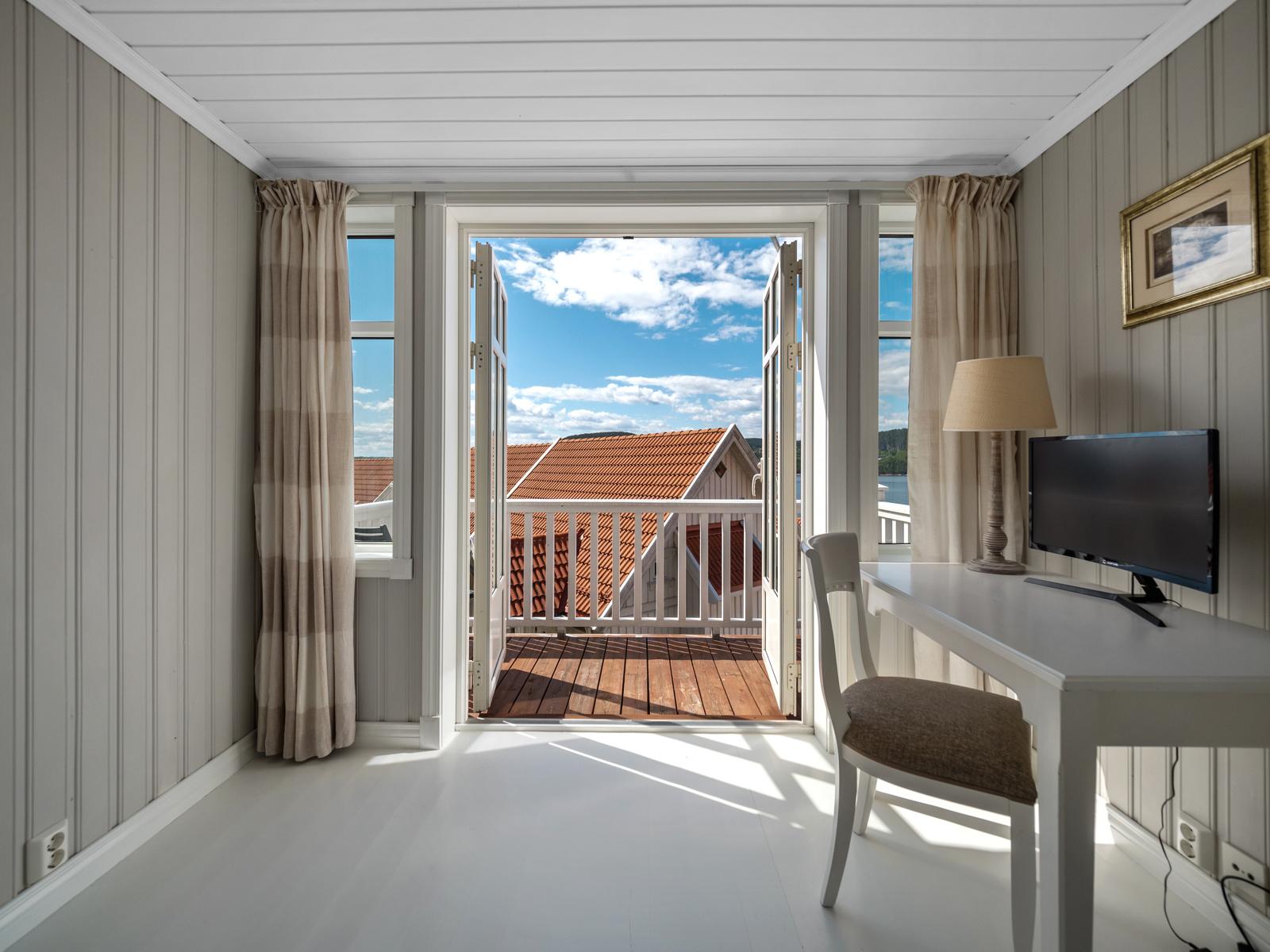 Fra 2. etasje er det utgang til balkong med gode sol- og utsiktsforhold