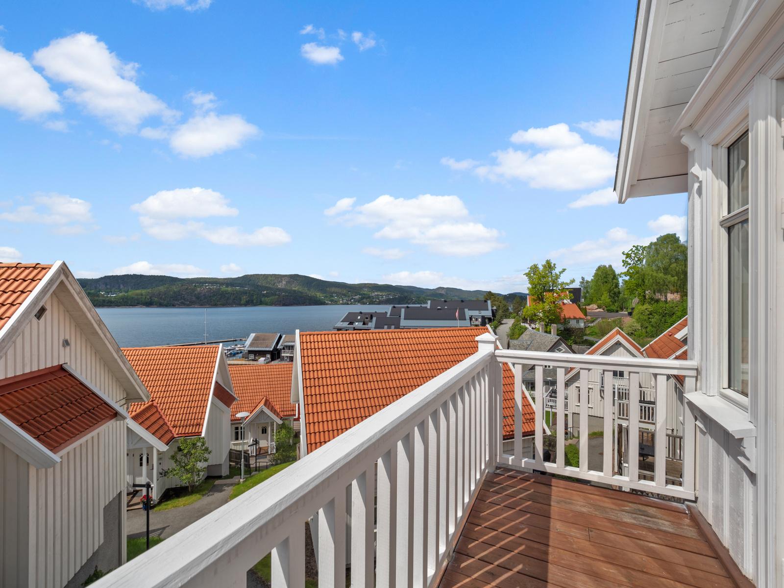 Hytta ligger med gode solforhold, utsikt, parkeringsplass og mulighet for båtplass