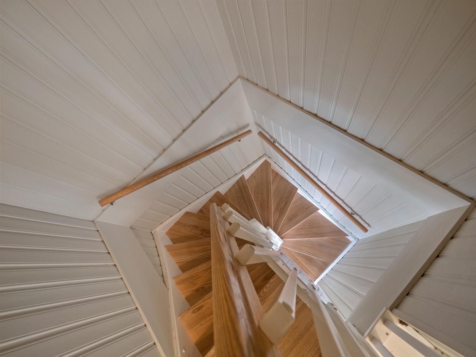Fra stuen er det trapp til 2. etasje