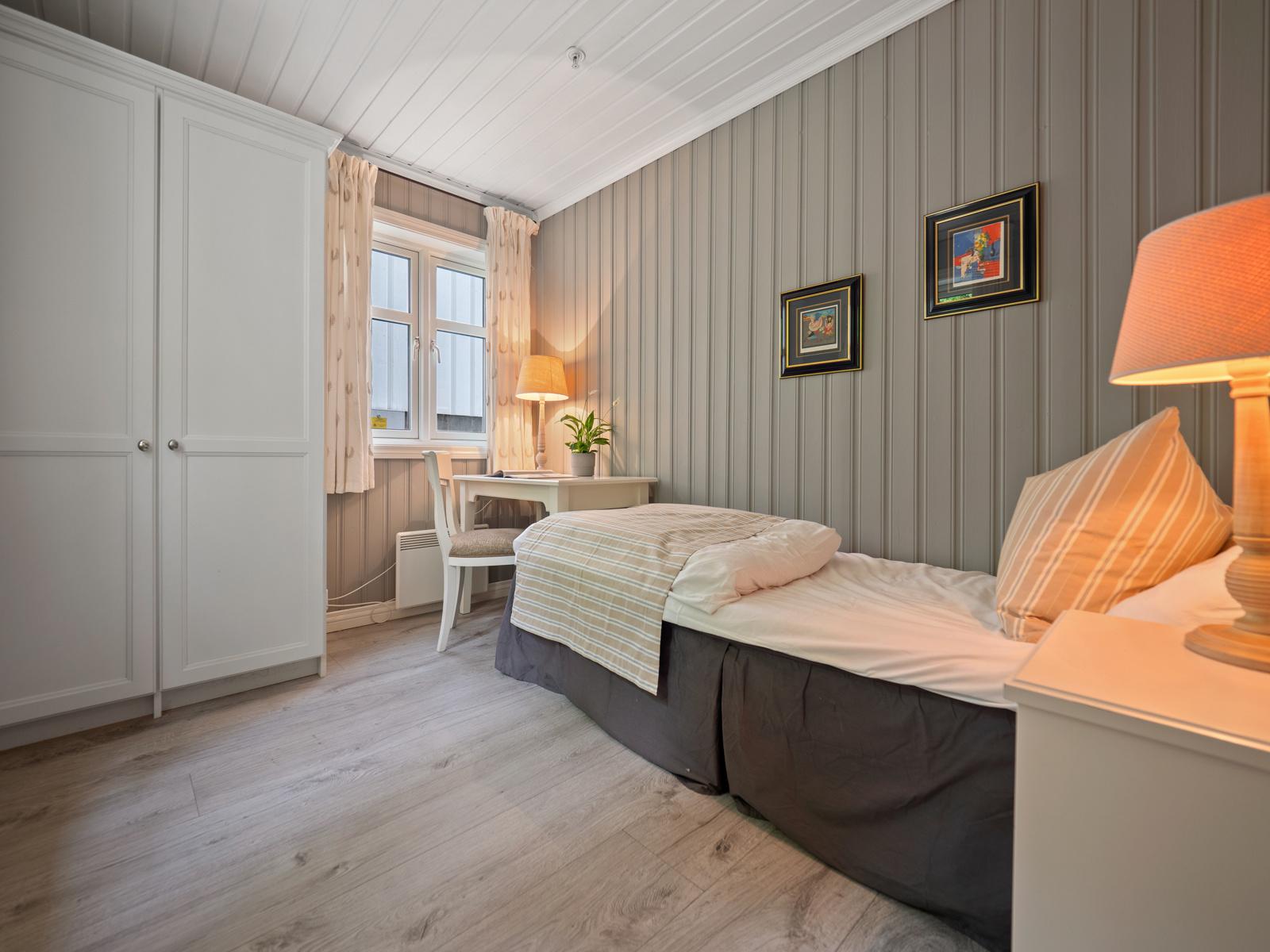 Soverommet i 1. etasje har garderobeskap og god plass til seng og arbeidsplass