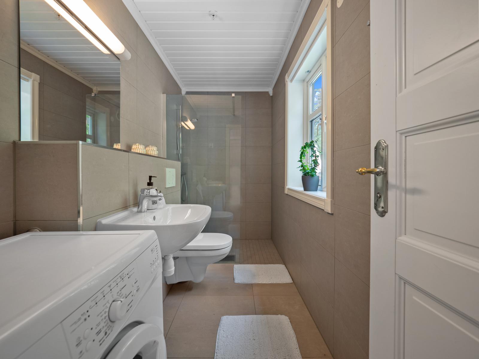 Badet i 1. etasje er oppgradert i 2020 og har vegghengt wc, servant, dusj og opplegg til vaskemaskin