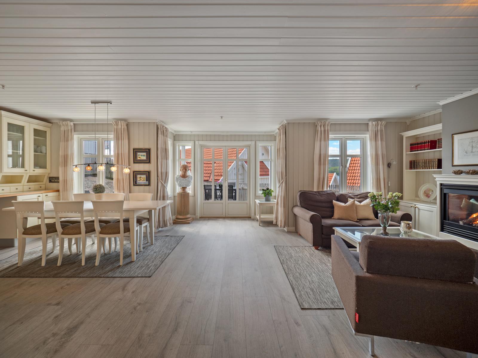 Stor stue med god plass til stort spisebord og sofagruppe