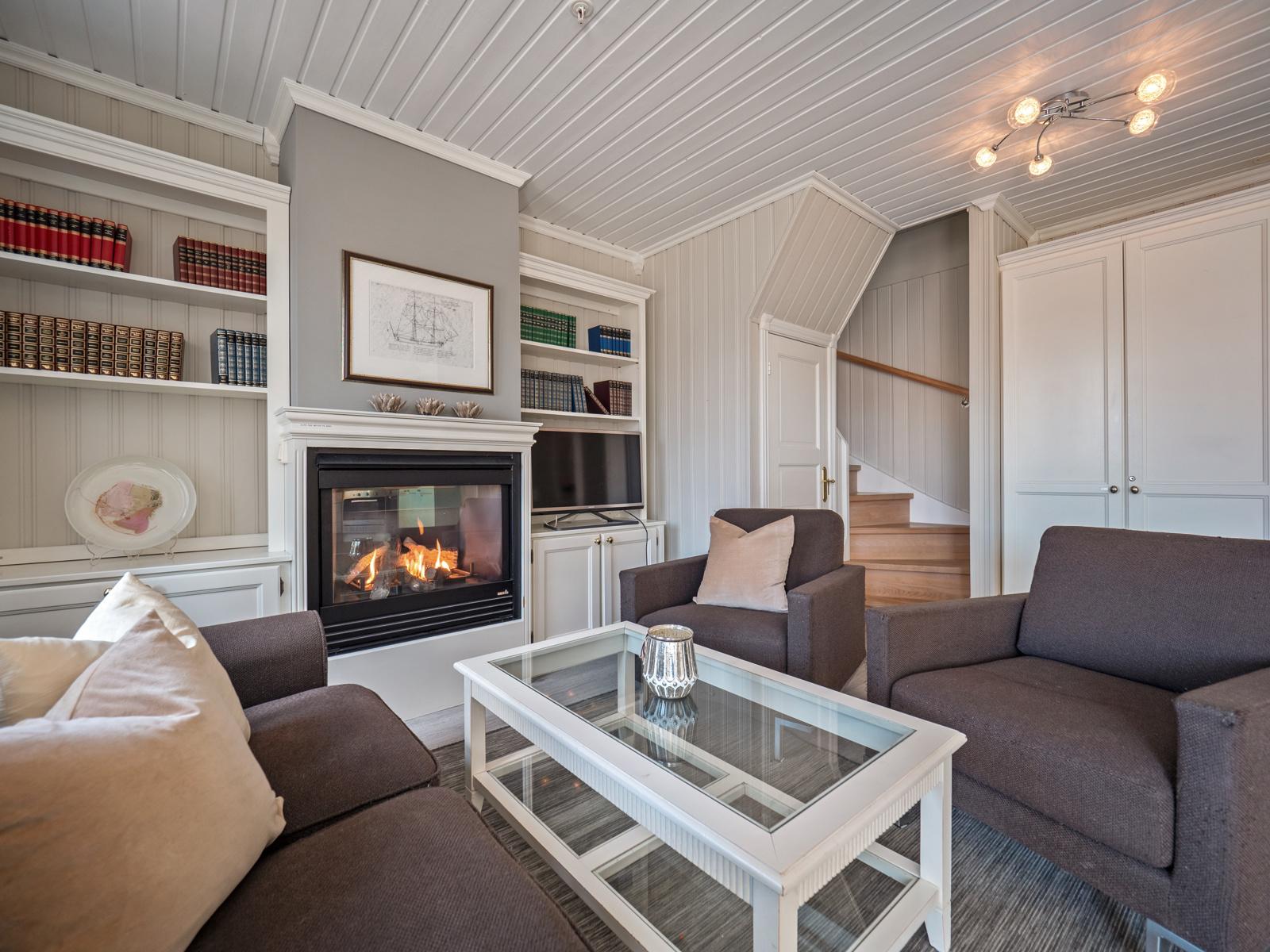 I stuen er det god plass til stor sittegruppe - Gasspeis og plassbygde hyller