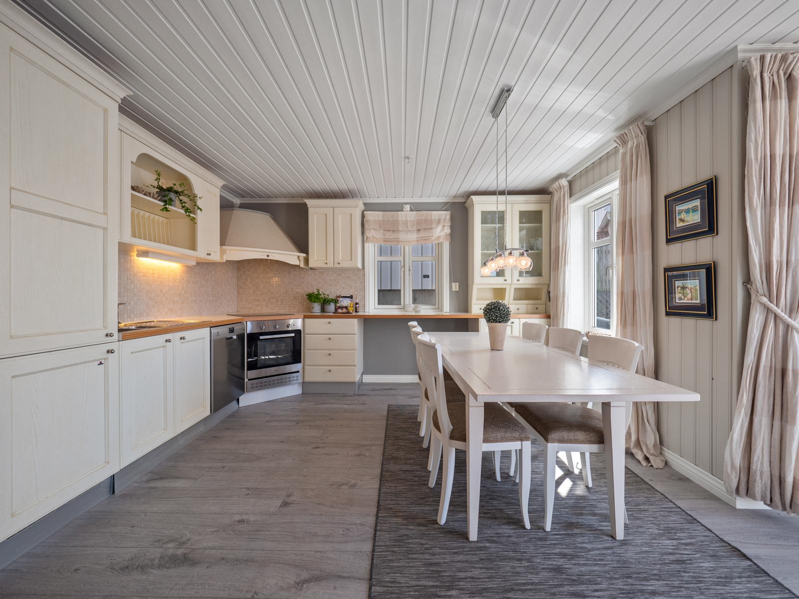 Kjøkken med integrerte hvitevarer - Videre er det mye benk- og oppbevaringsplass