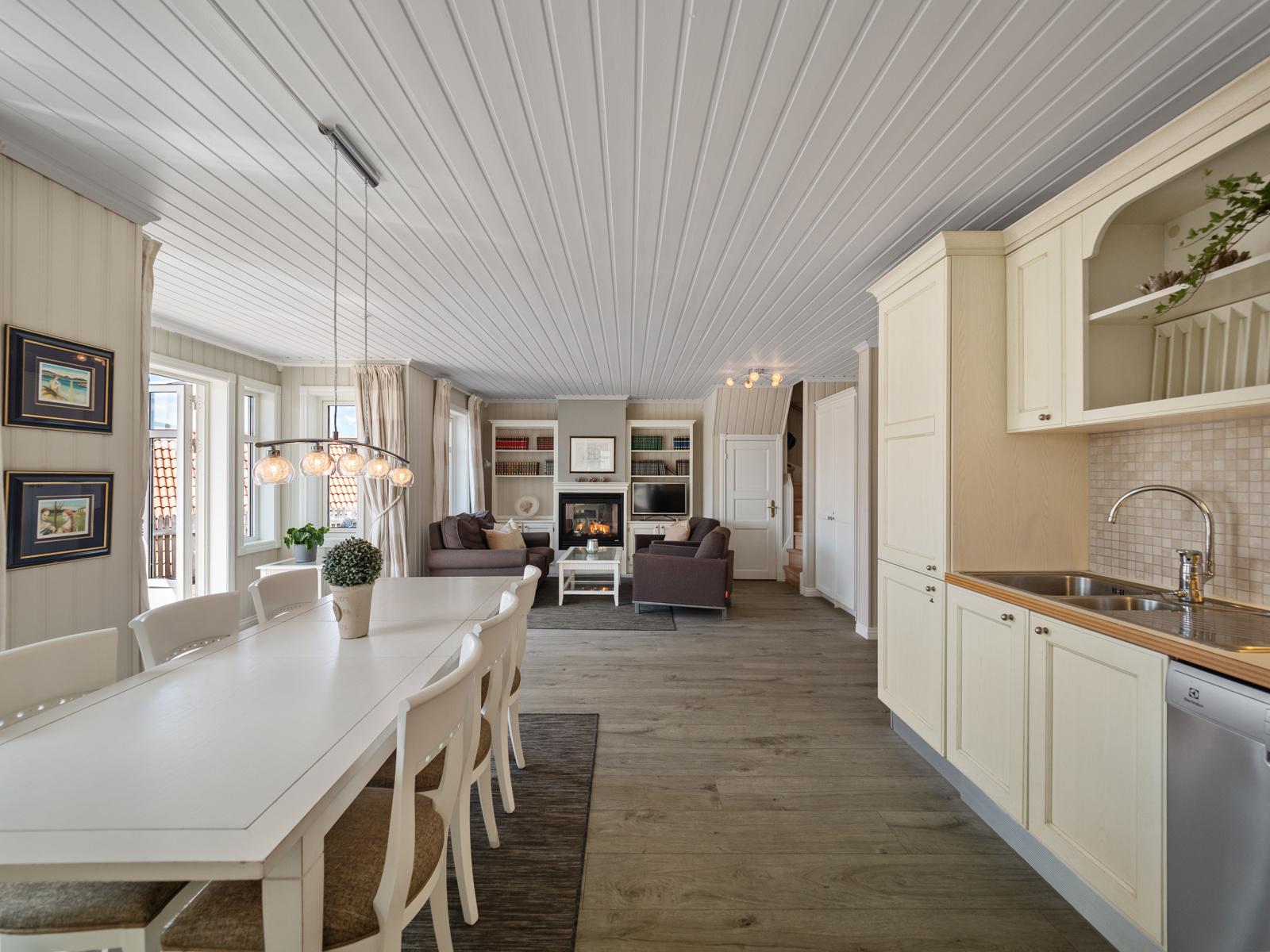 I tilknyttning til kjøkkenet er det plass til stort spisebord - Perfekt for hyggelige måltider med familie og venner