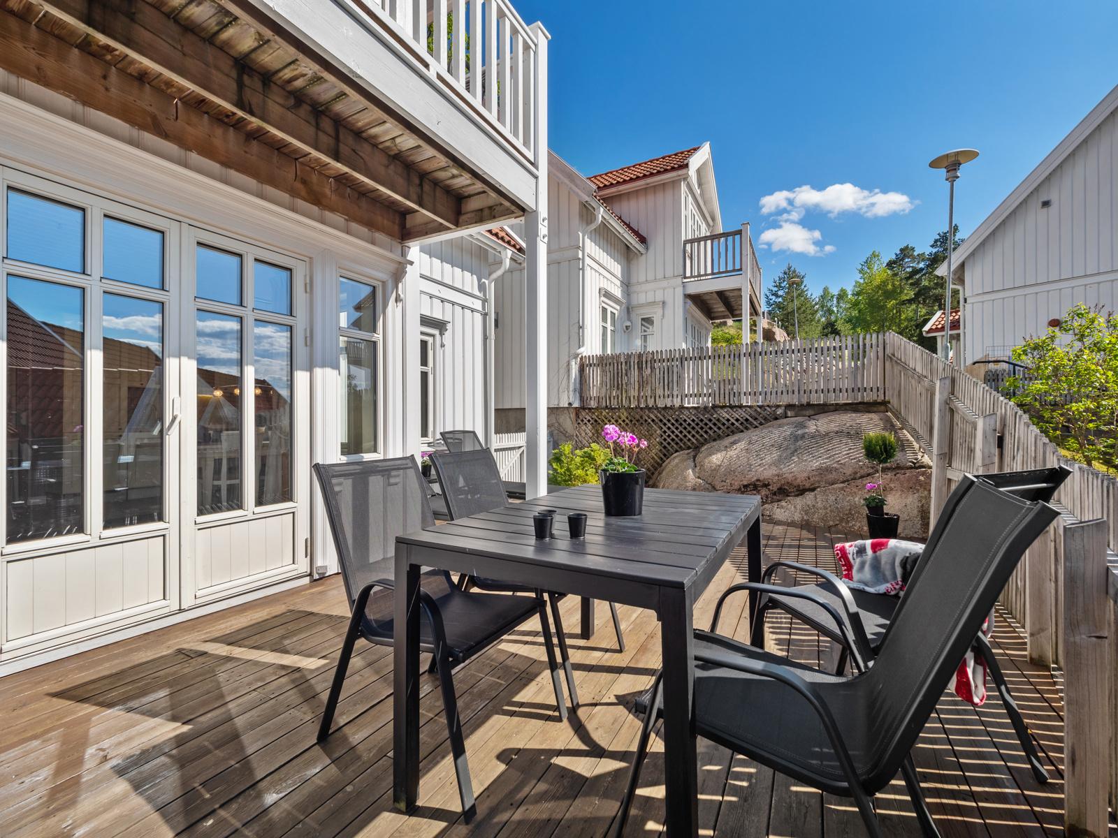 Med utgang fra stuen er det stor terrasse med plass til flere sittegrupper og solsenger