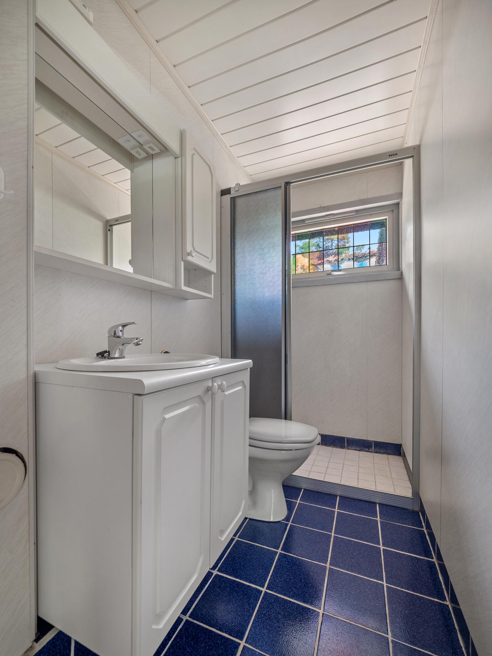 Bad med dusj/wc, servantinnredning.