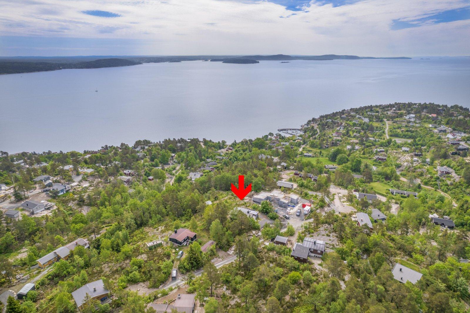 Oversiktsbilde som viser hyttas beliggenhet i forhold til fjorden