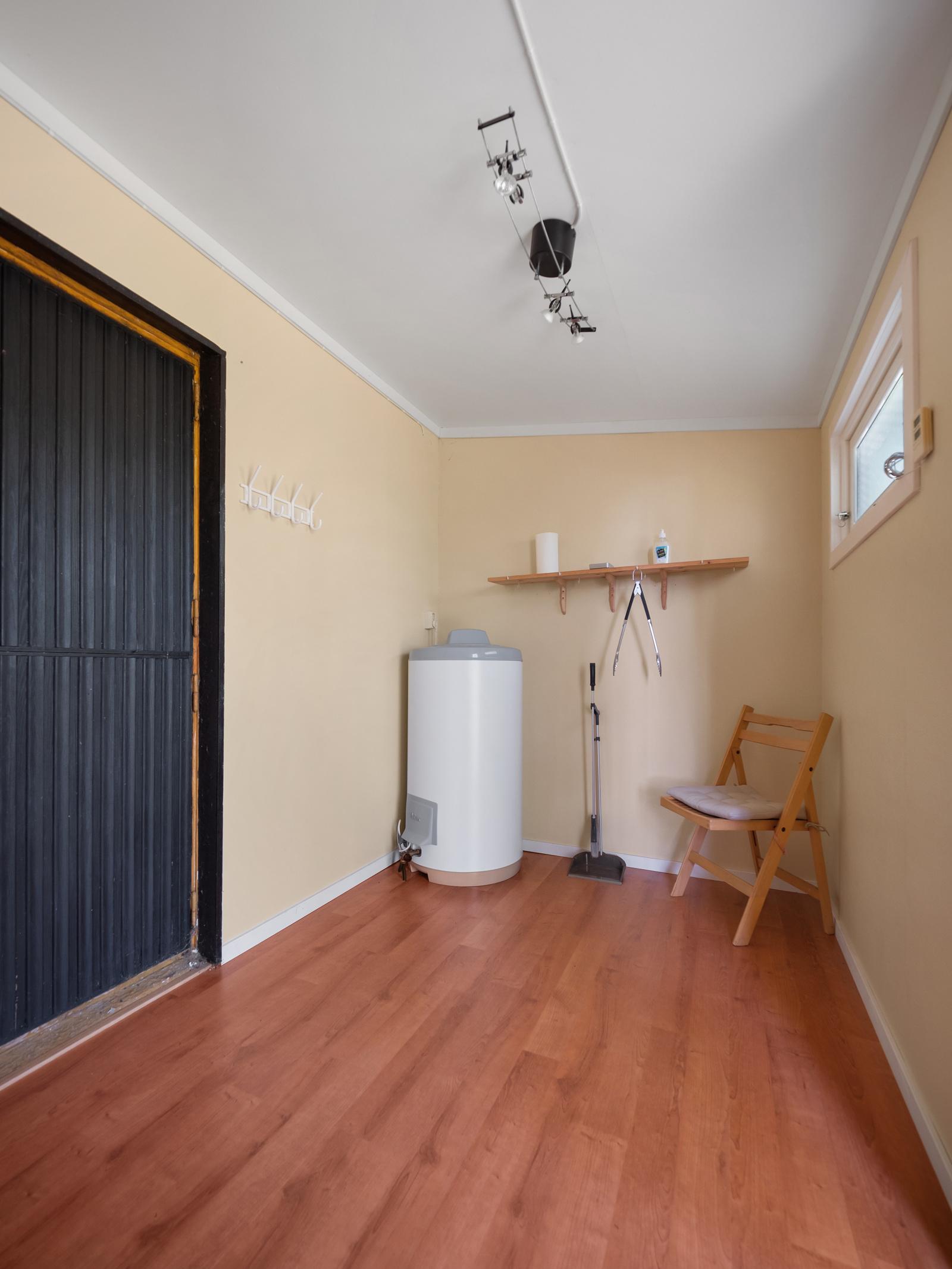 Entré/gang har god plass for oppbevaring - Her er varmtvannsbereder plassert