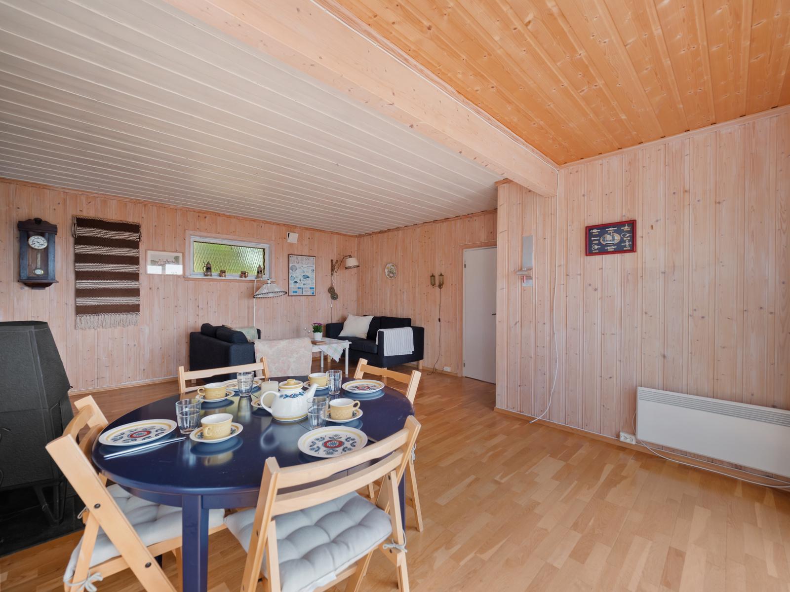Når solen ikke skinner og regnet finner veien, har stuen god plass for hyggelige måltider.