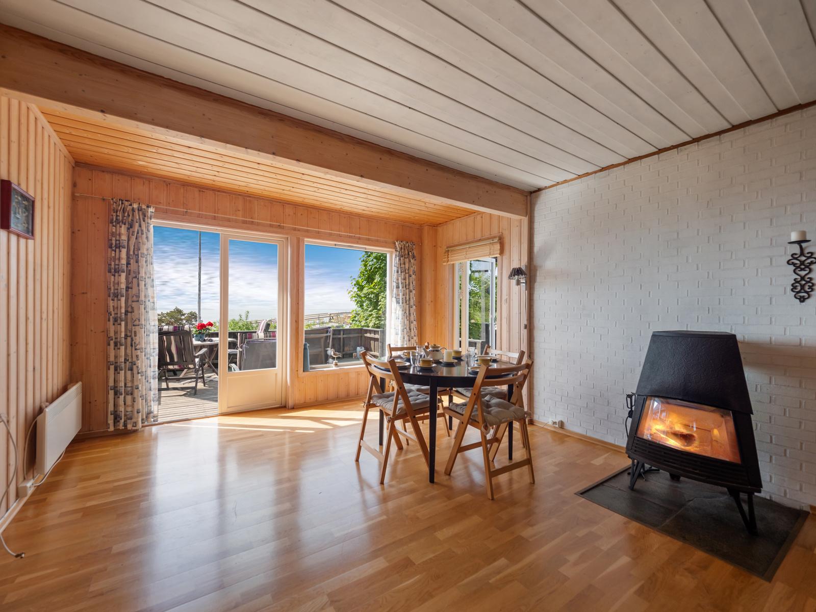 Stuen er lys - Har store vindusflater som gir gode lys- og utsiktsforhold