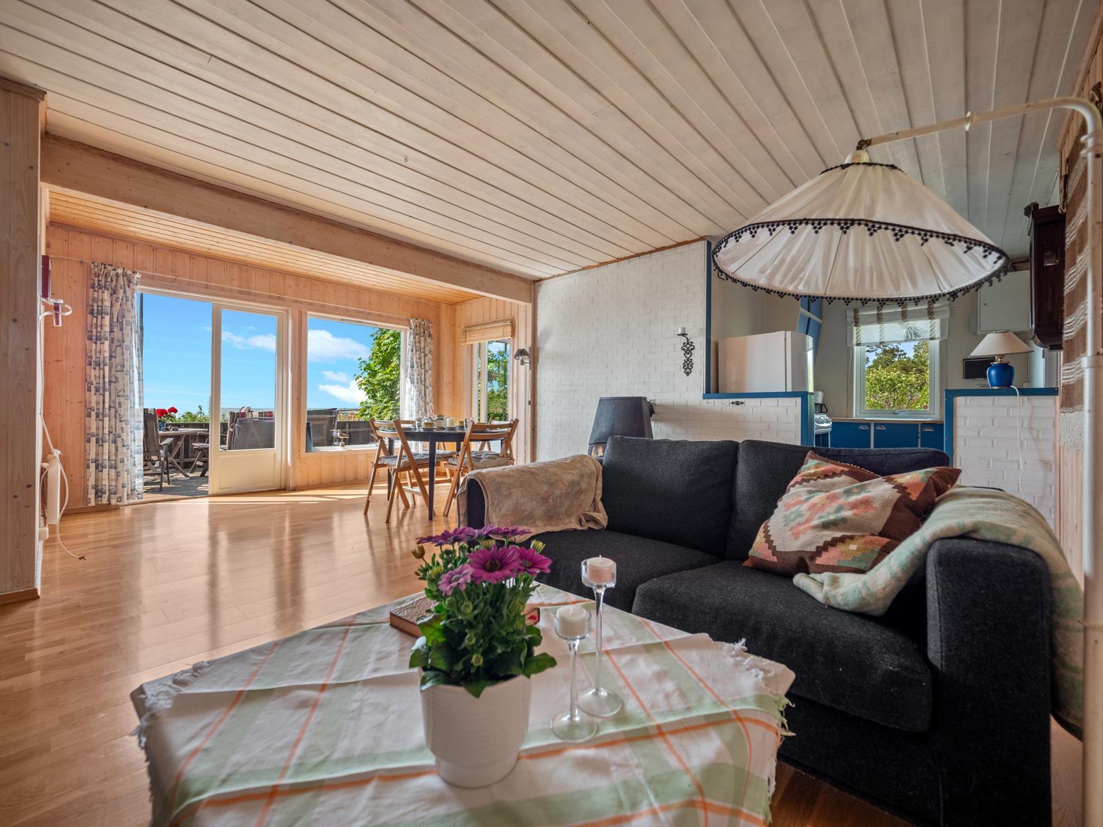 Stuen har god plass til spisebord og sofagruppe