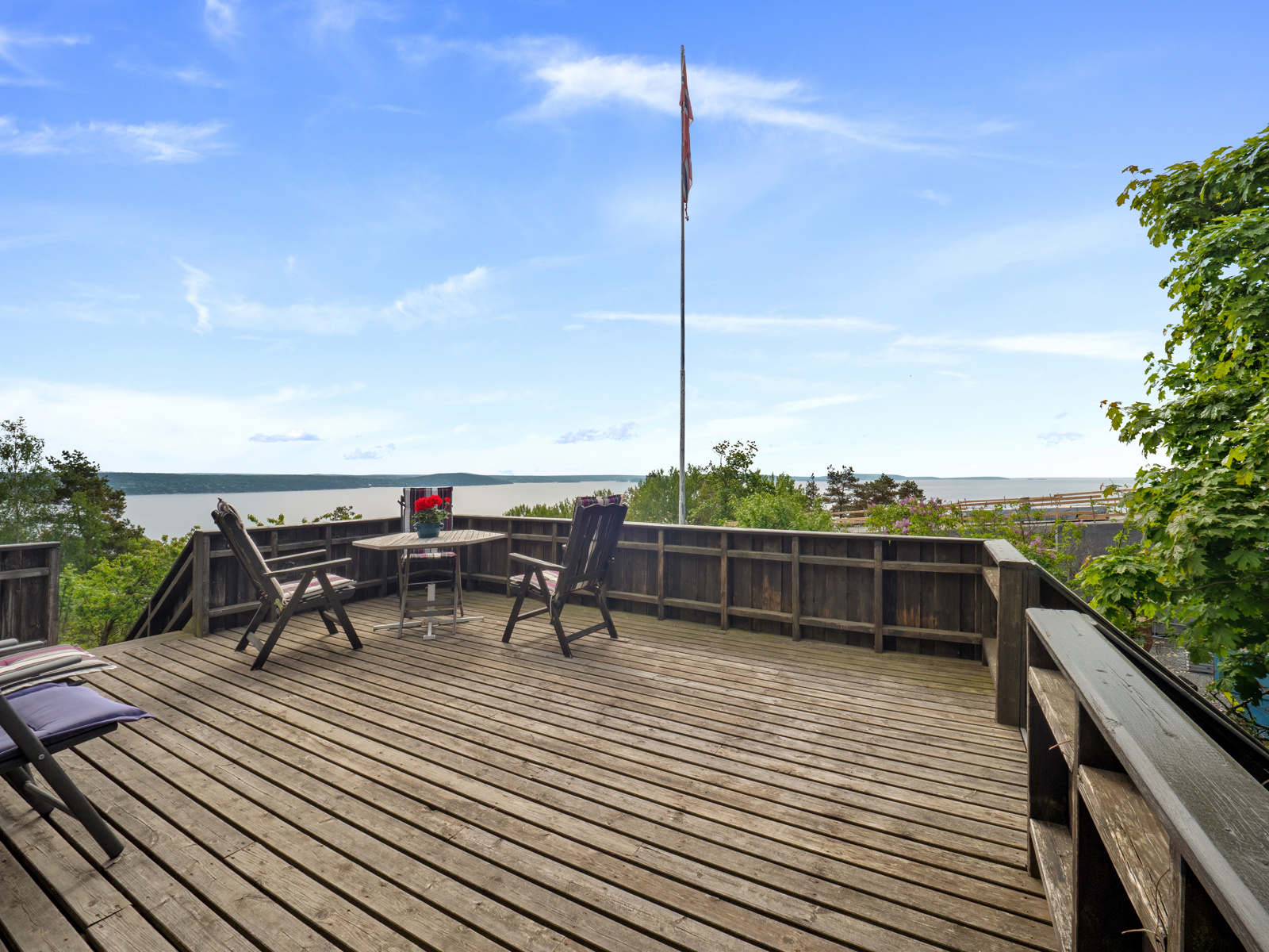 Stor terrasse med plass til flere sittegrupper -Perfekt for late dager i solen