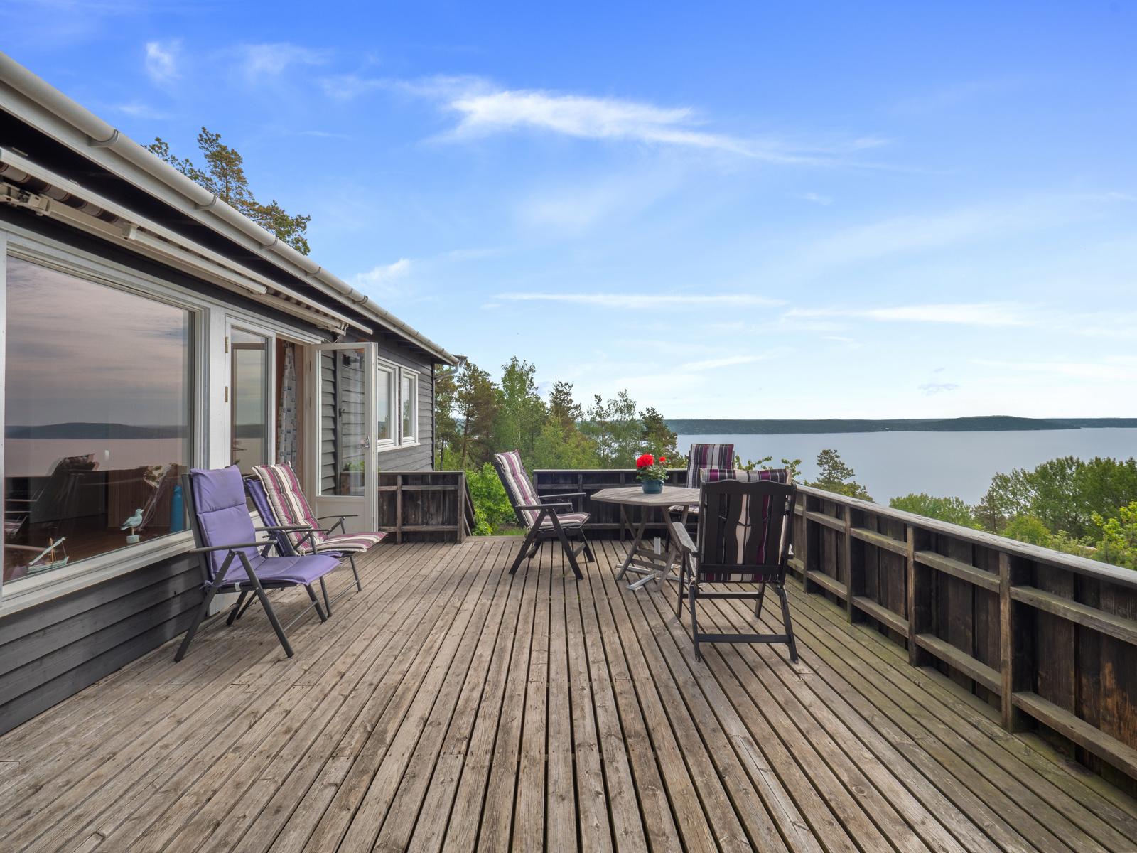 Stor terrasse med gode sol- og utsiktsforhold