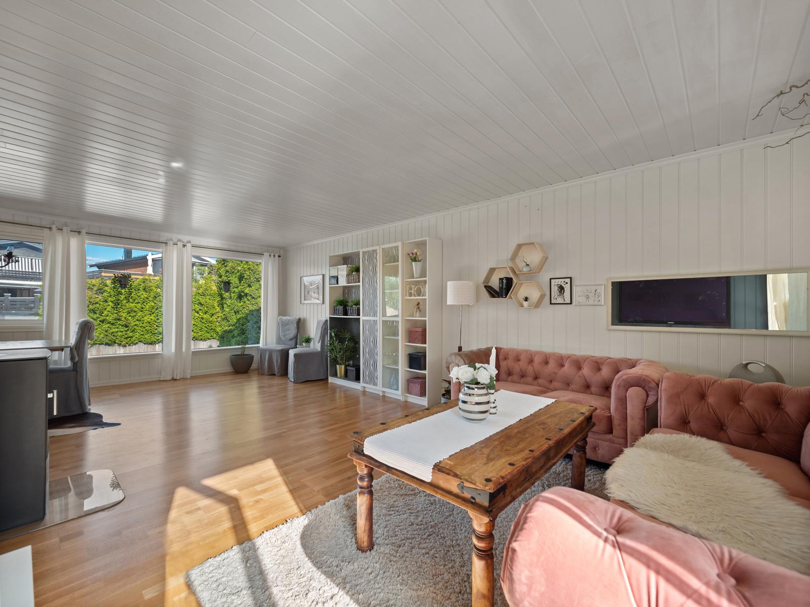 Stor og gjennomgående stue med god plass til sofa og spisebord