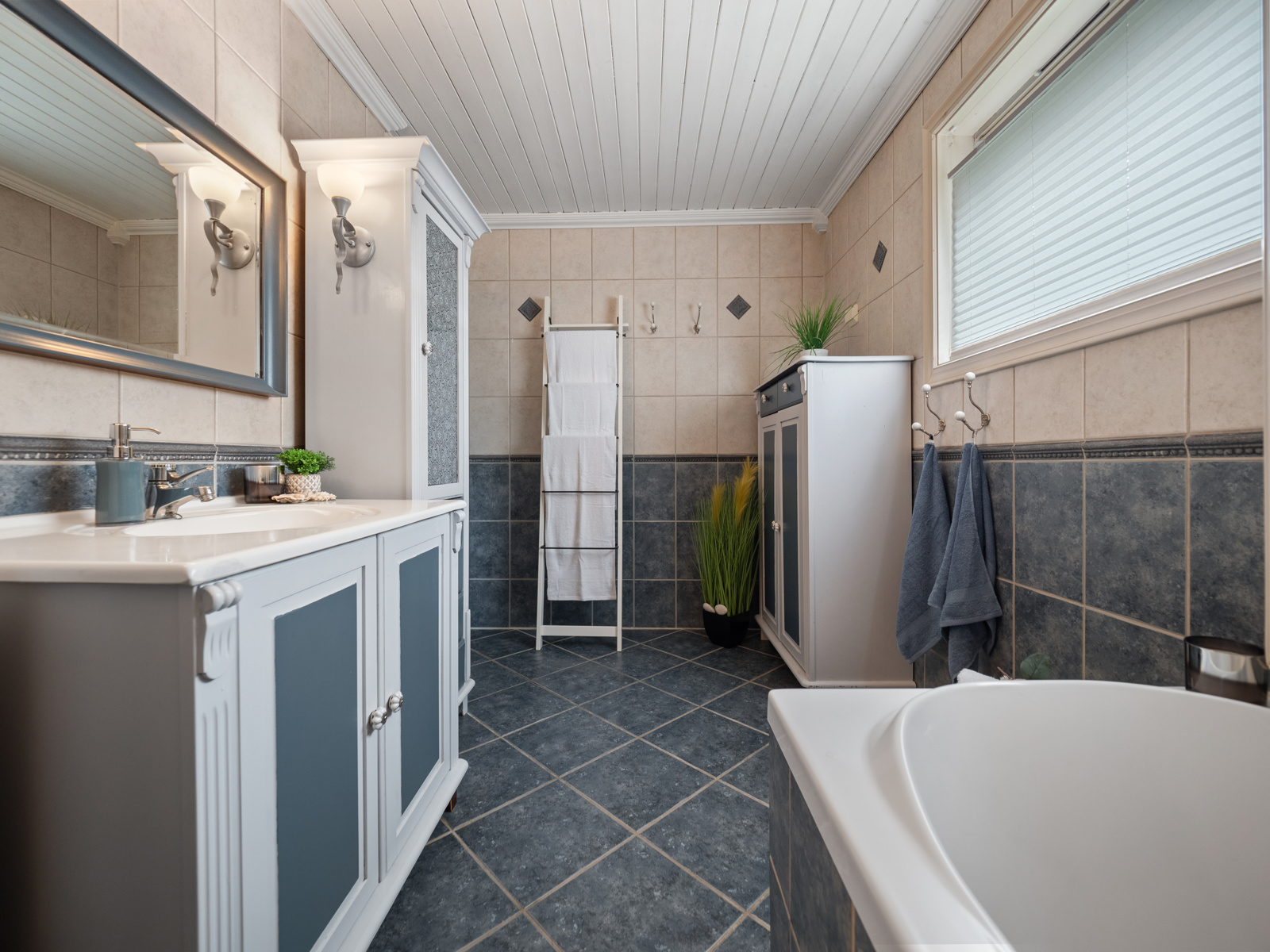 Bad med wc, servant og innebygd badekar med dusjvegger