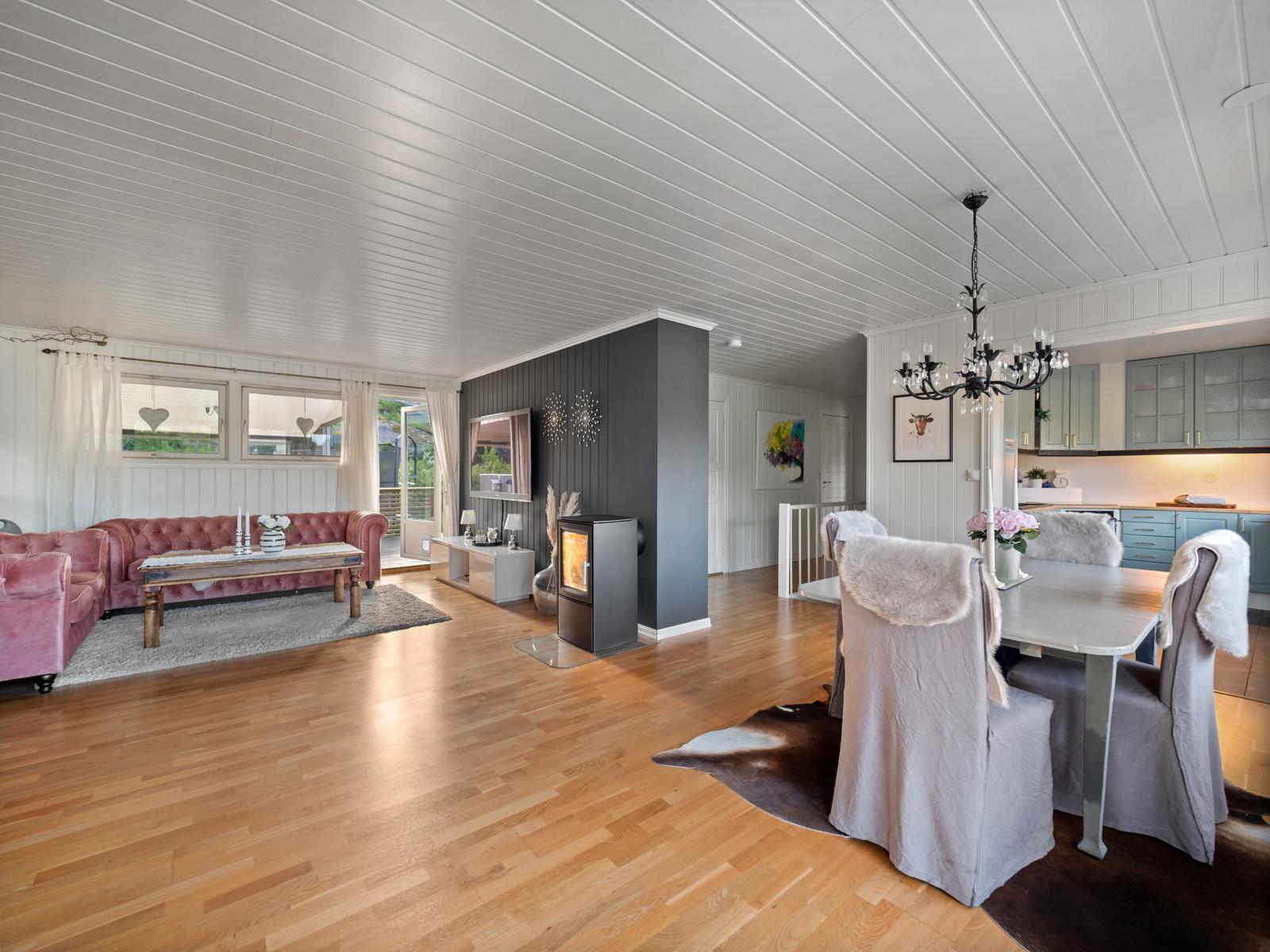 Stue med åpen kjøkkenløsning - Naturlig plassering av spisebord og sofagruppe