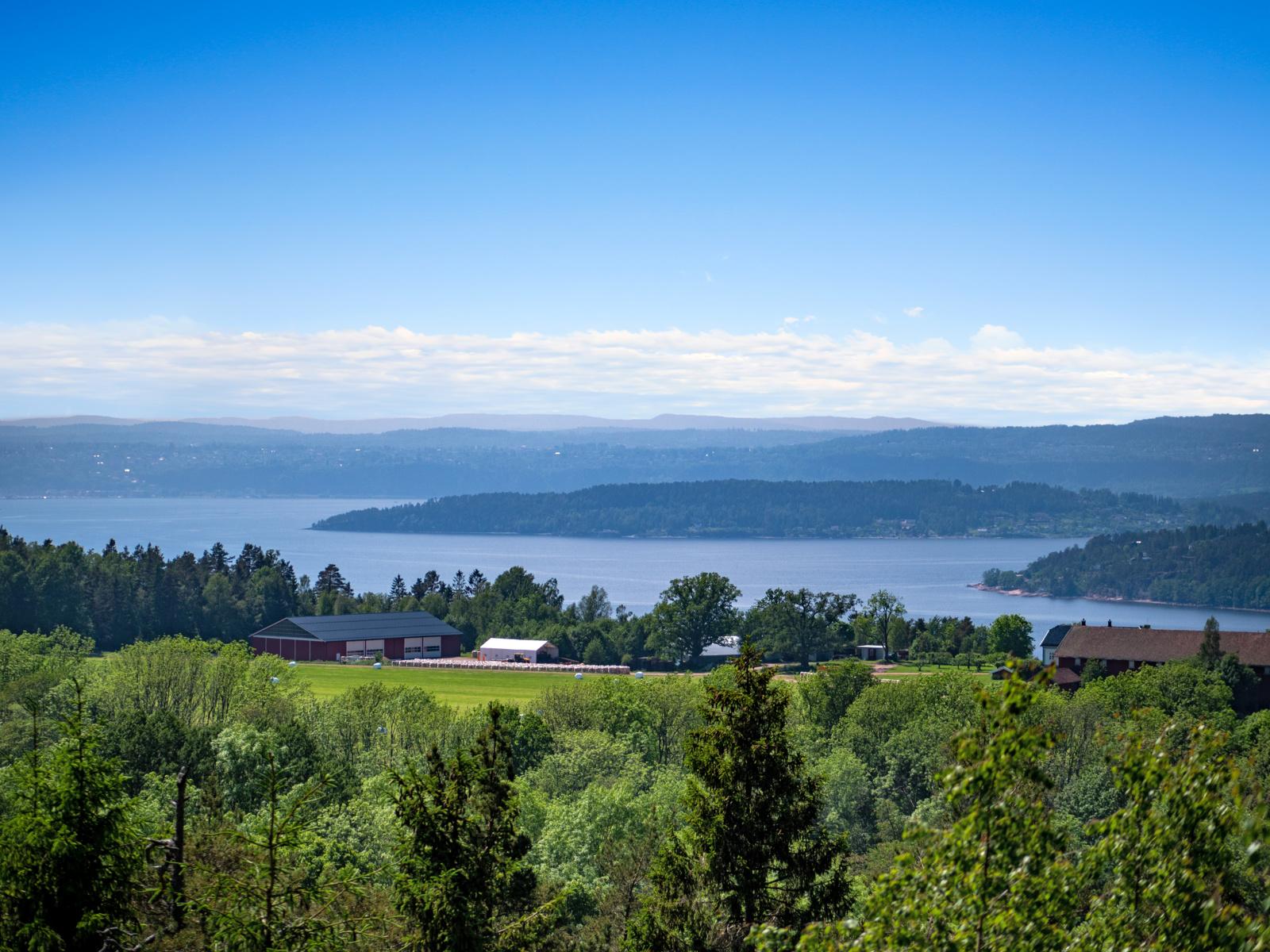God utsikt over fjorden og omkringliggende områder
