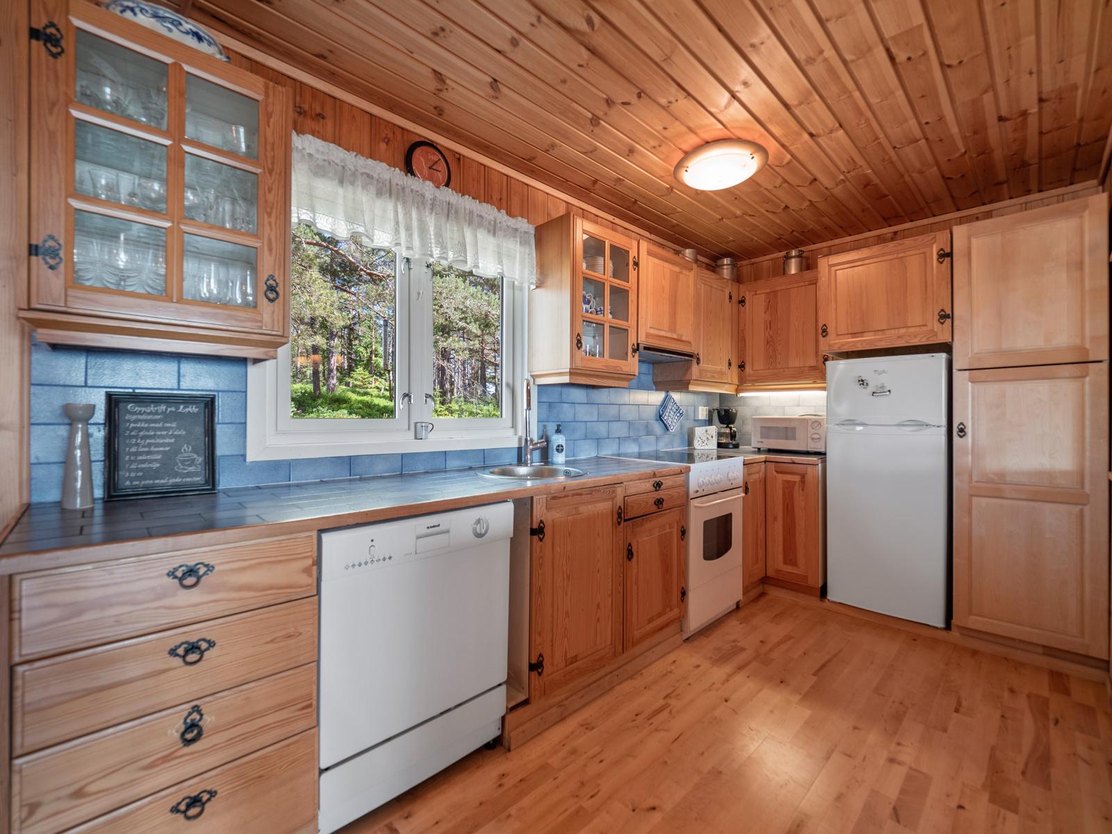 Kjøkken med godt med benk- og oppbevaringsplass