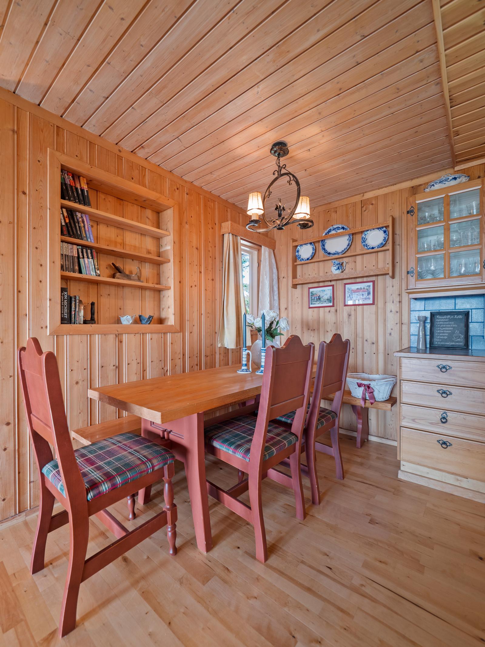 I tilknytning til kjøkkenet er det plass til stort spisebord