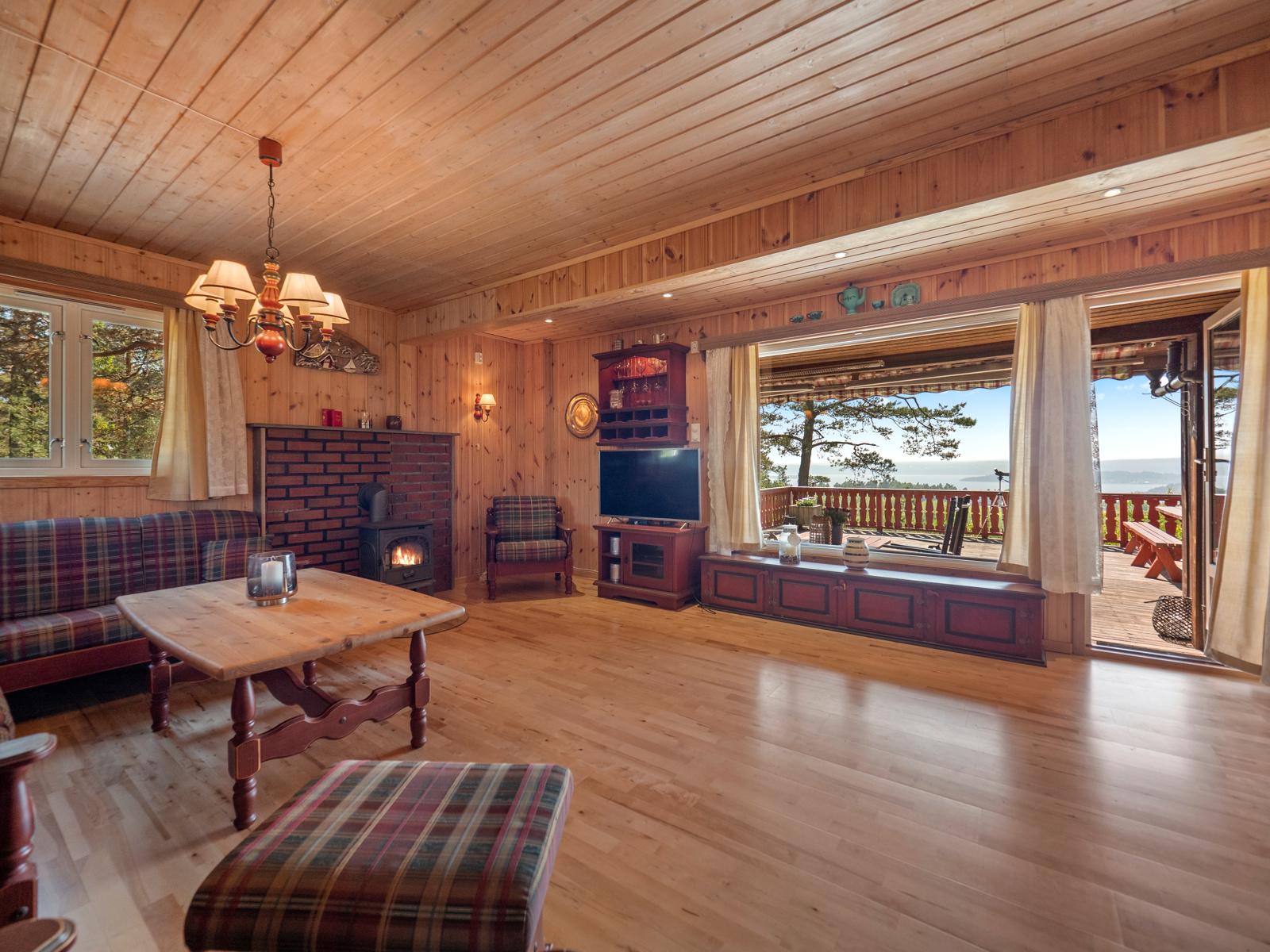 Stue med store vindusflater som gir gode lysforhold