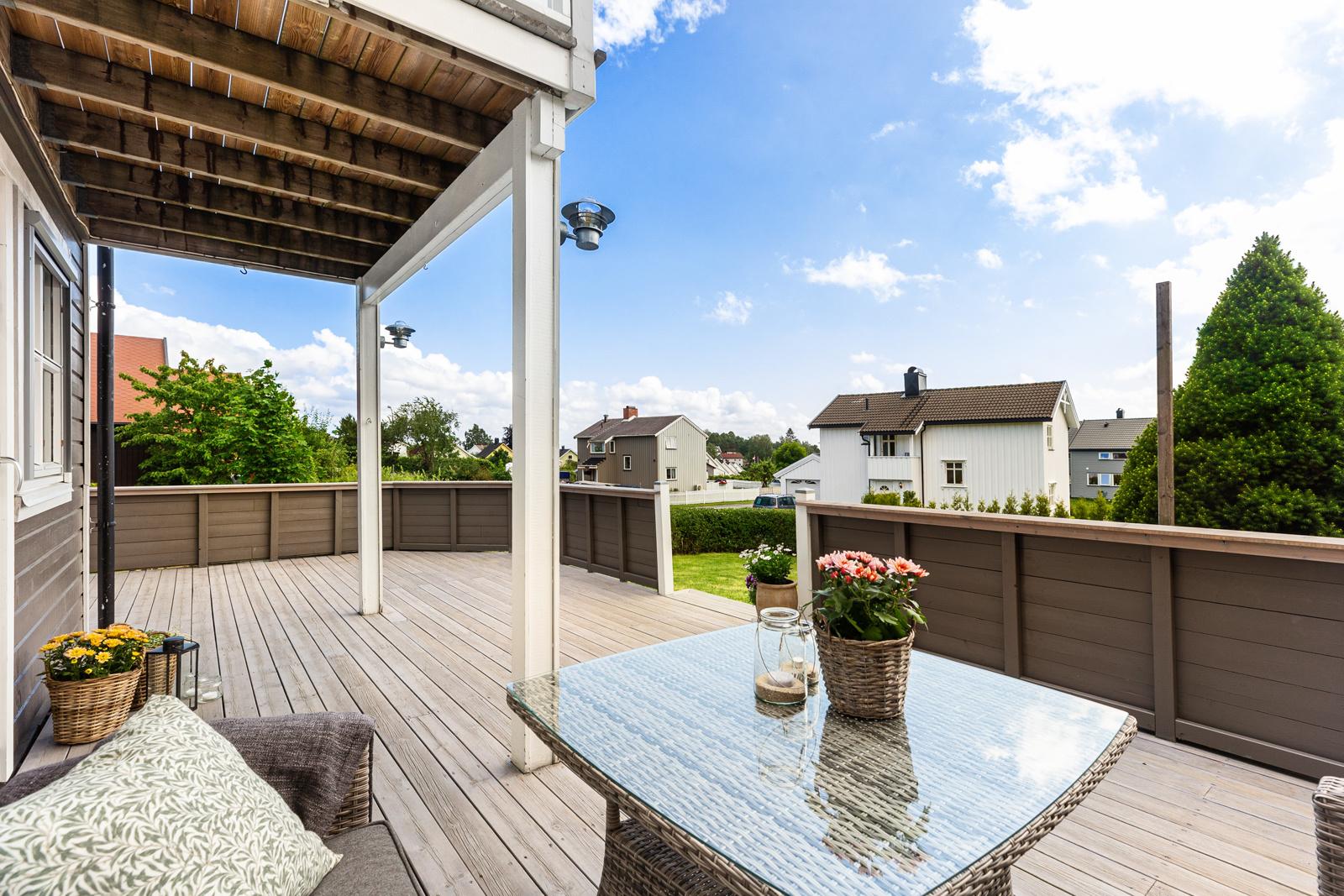 Terrasse med utgang til hagen