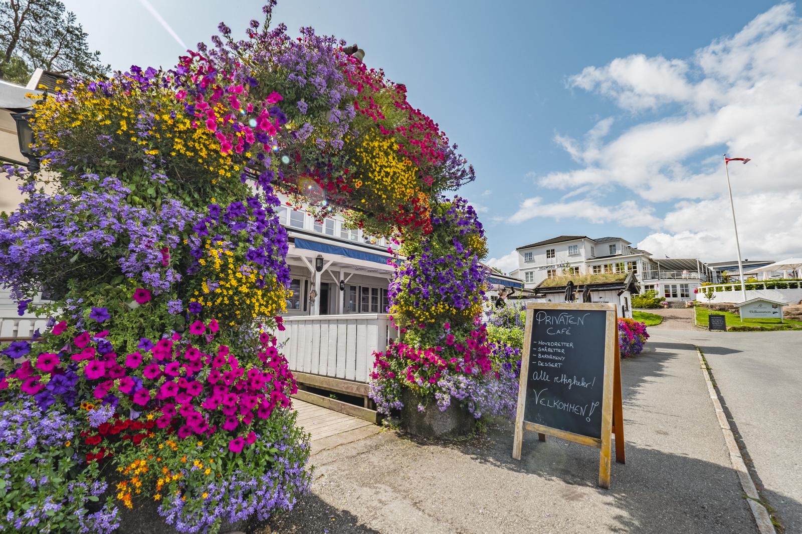 Holmsbu har dagligvarebutikk, flere restauranter, Badehotell og flere sommerbutikker