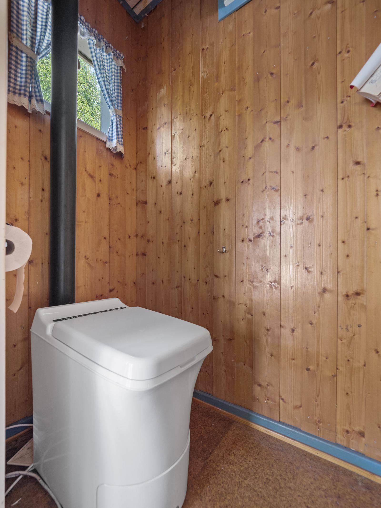 Toalettrom med forbrenningstoalett