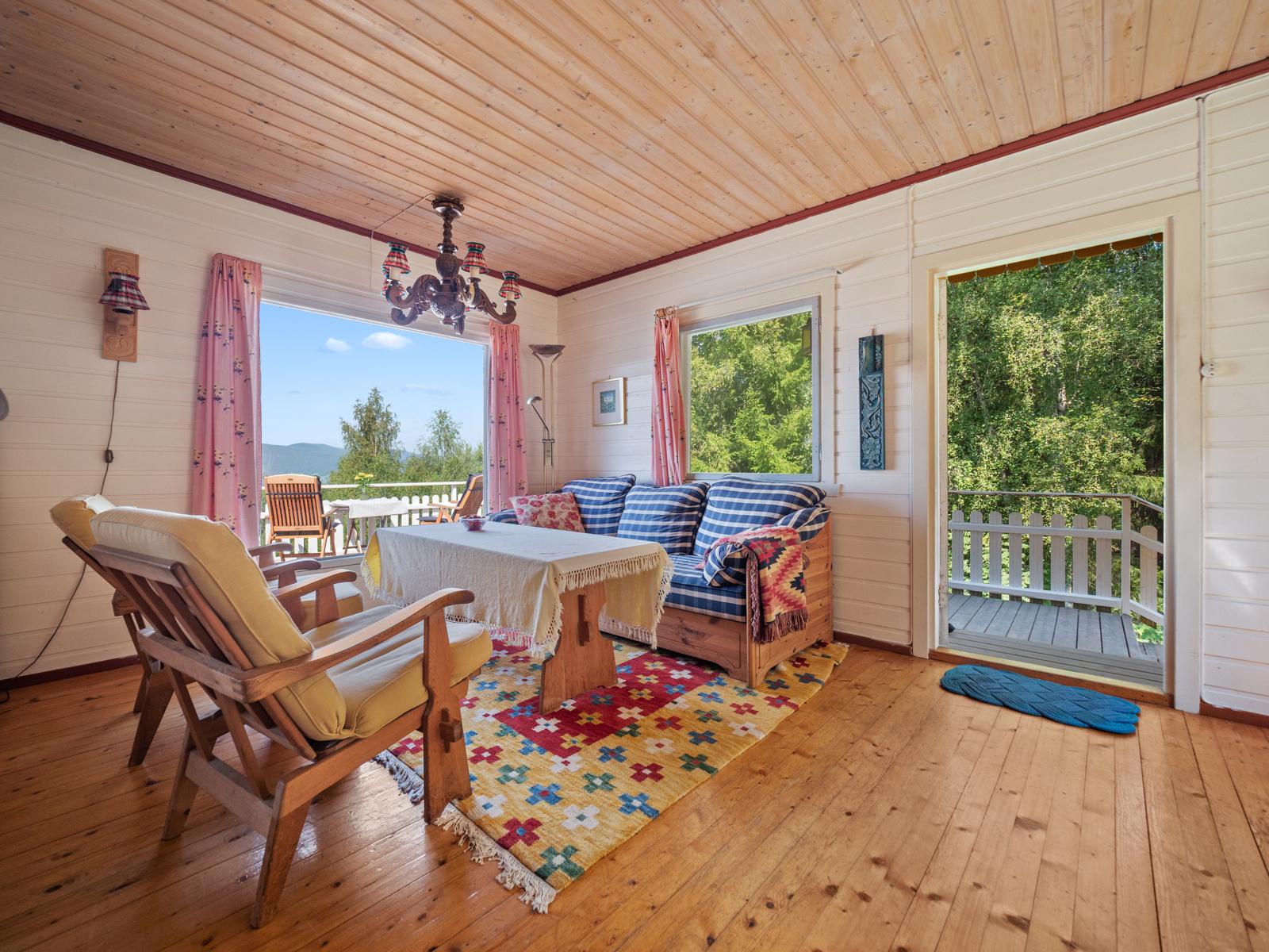 Hyggelig stue med stort vindu som gir gode lysforhold