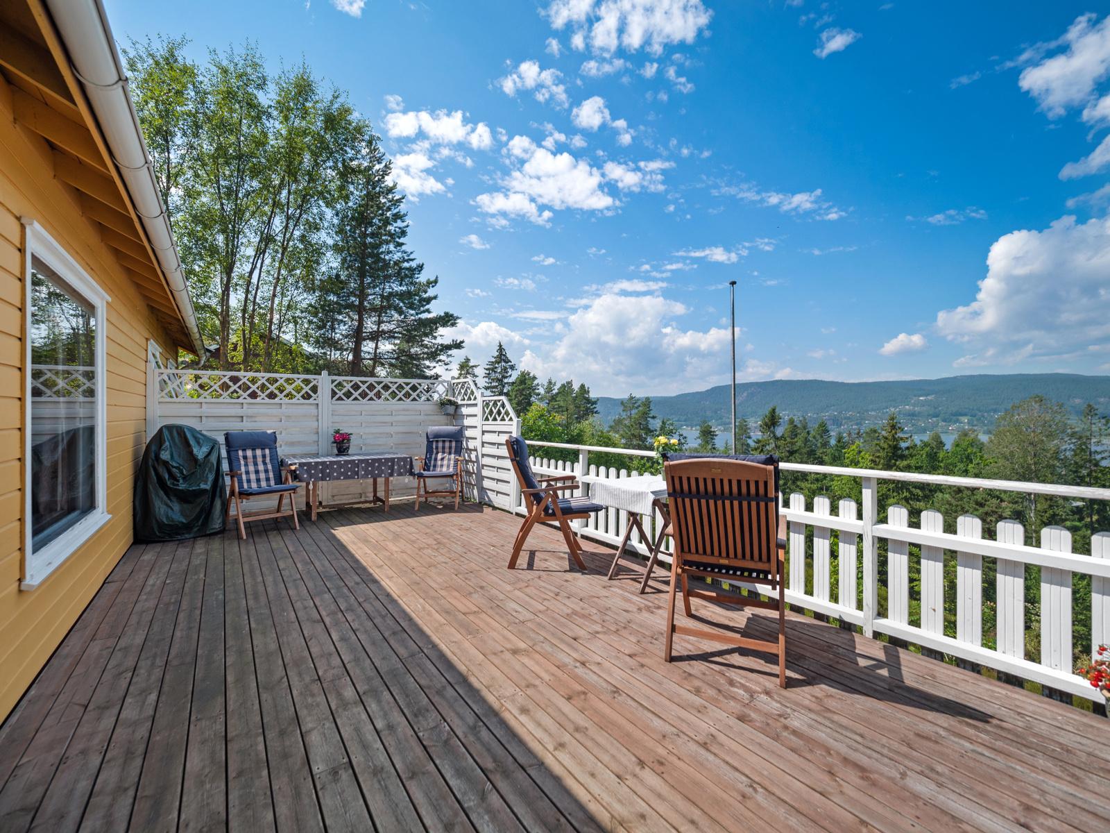 Stor terrasse med noe fjordutsikt