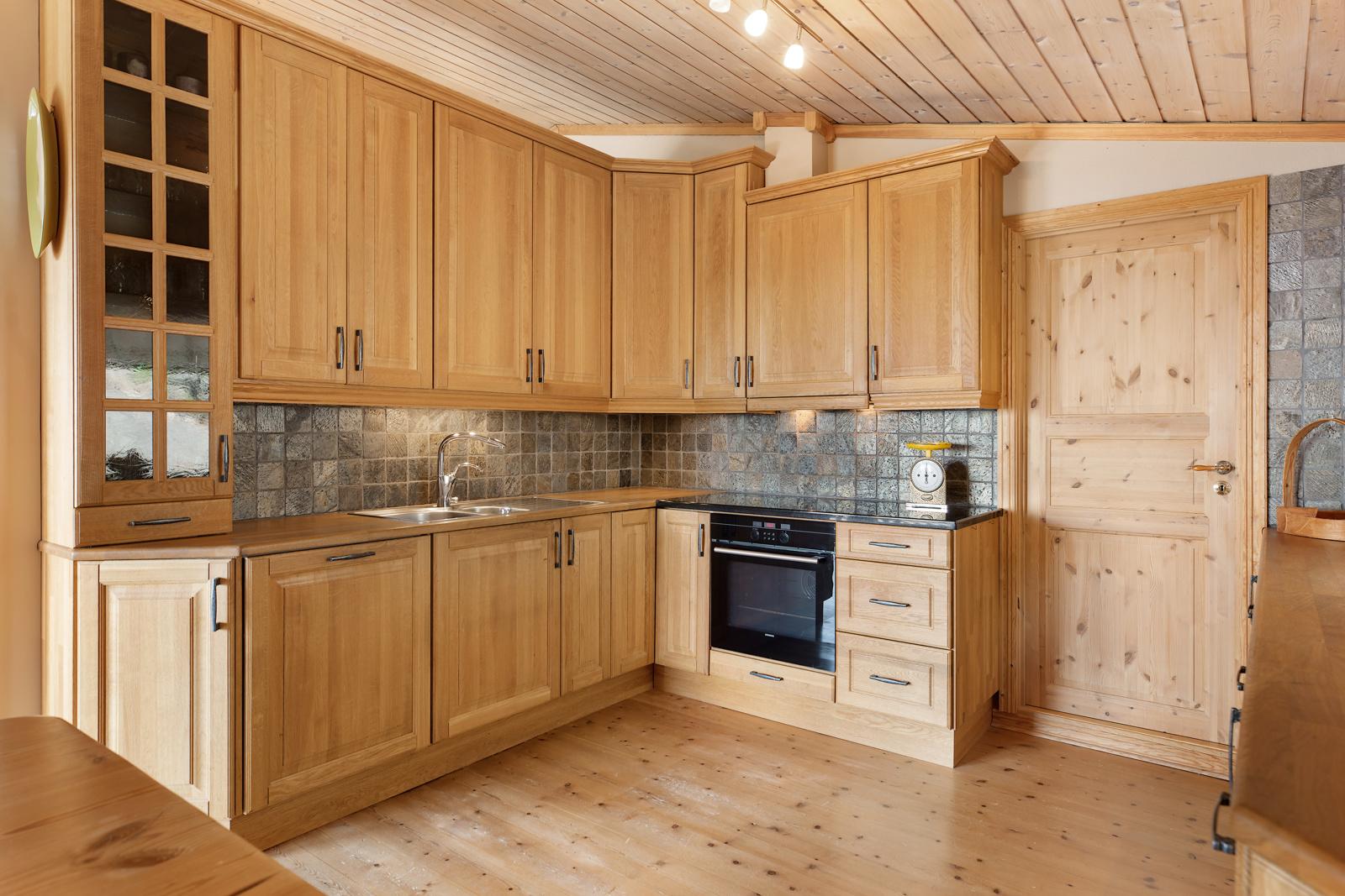 Kjøkken med eik innredning og profilerte fronter