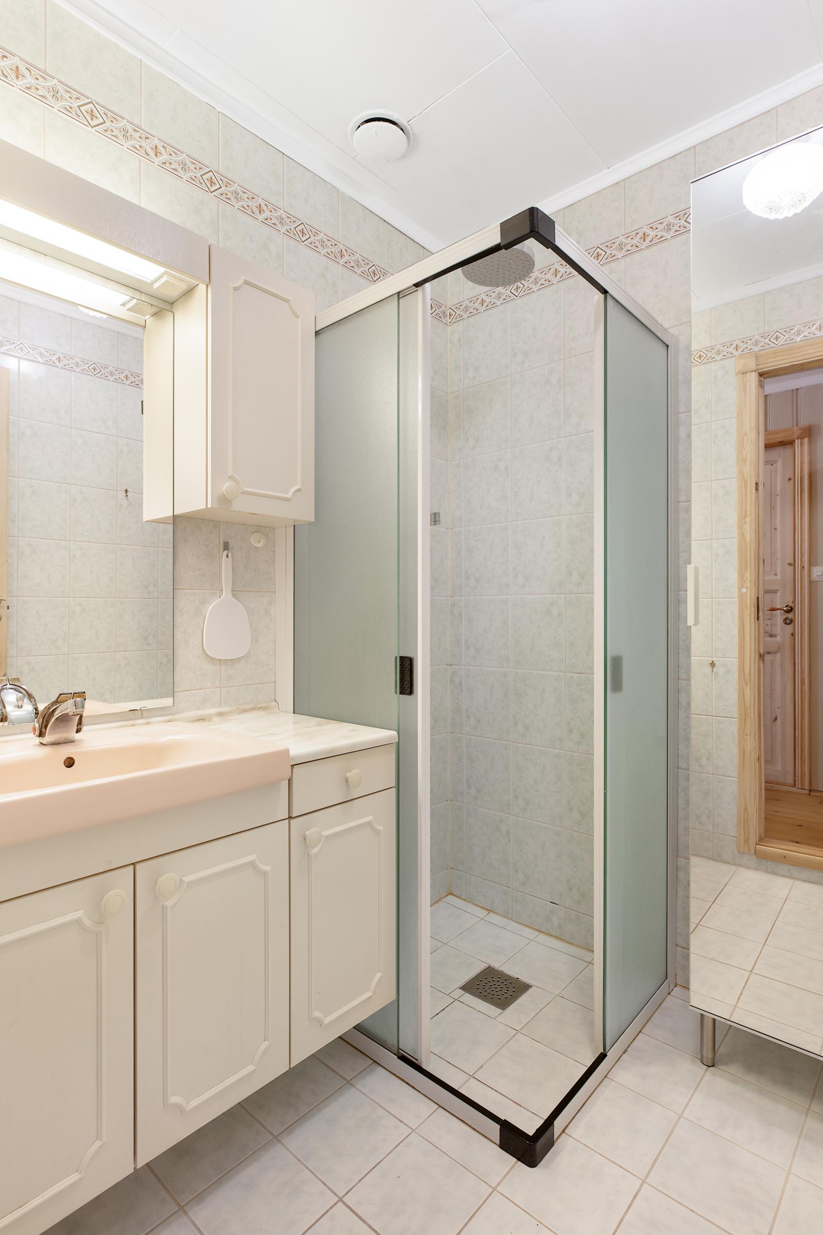 Det er 2 bad i boligen - Dette er badet i hovedetasjen