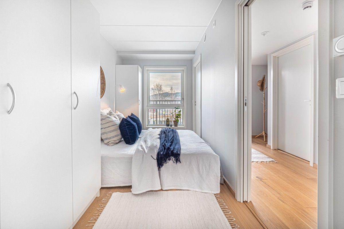 Soverom med 2 innganger og garderobeskap
