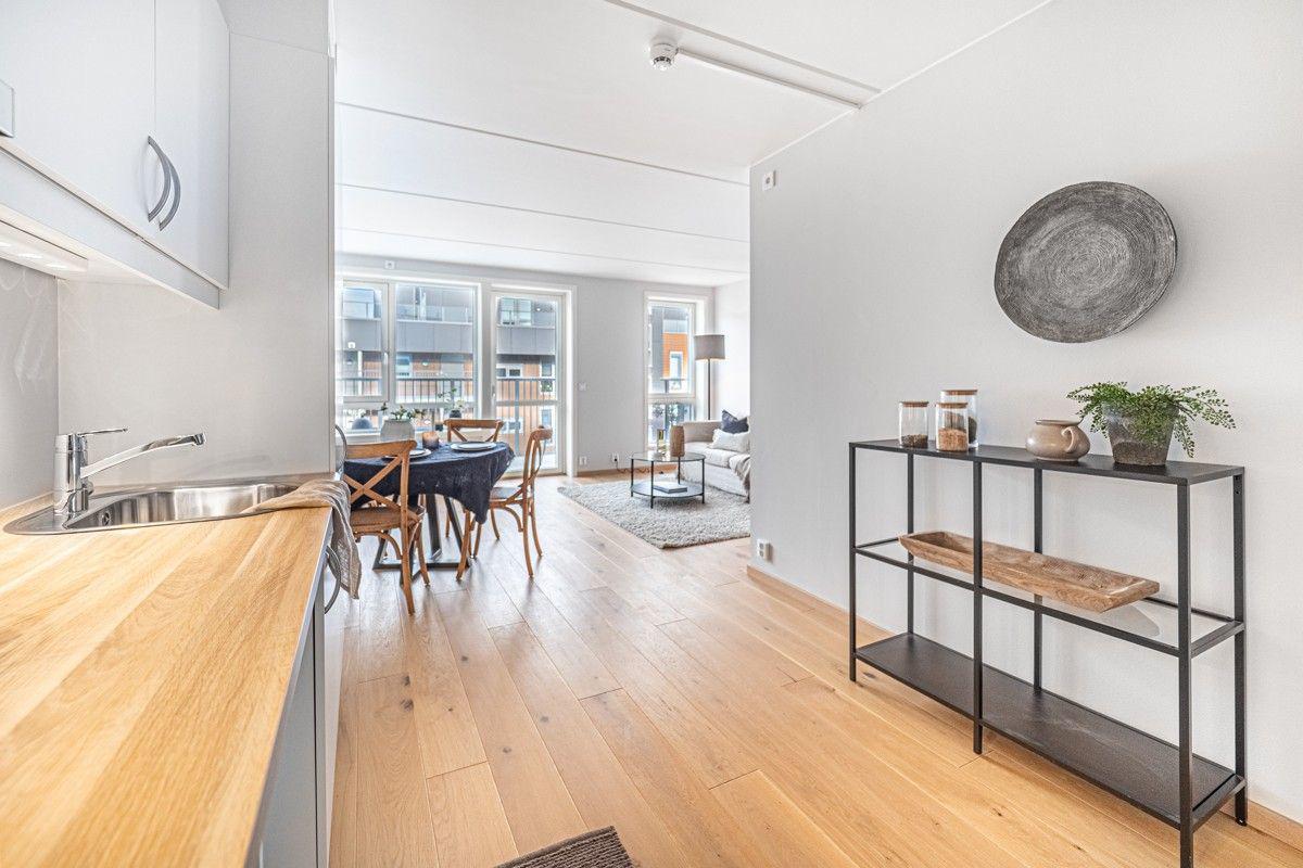 Fra kjøkken mot stue - Enstavs parkett og lysmalte flater på vegg og himling