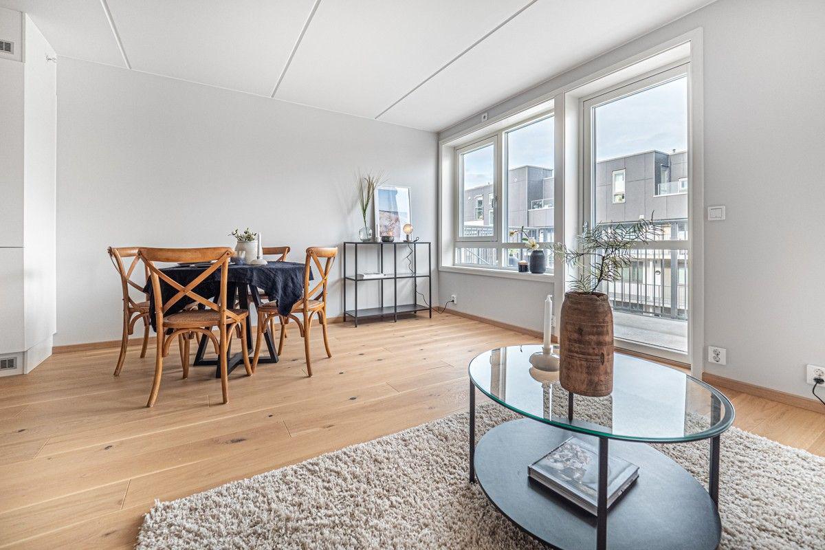 Stuen har plass til spisebord og sofagruppe